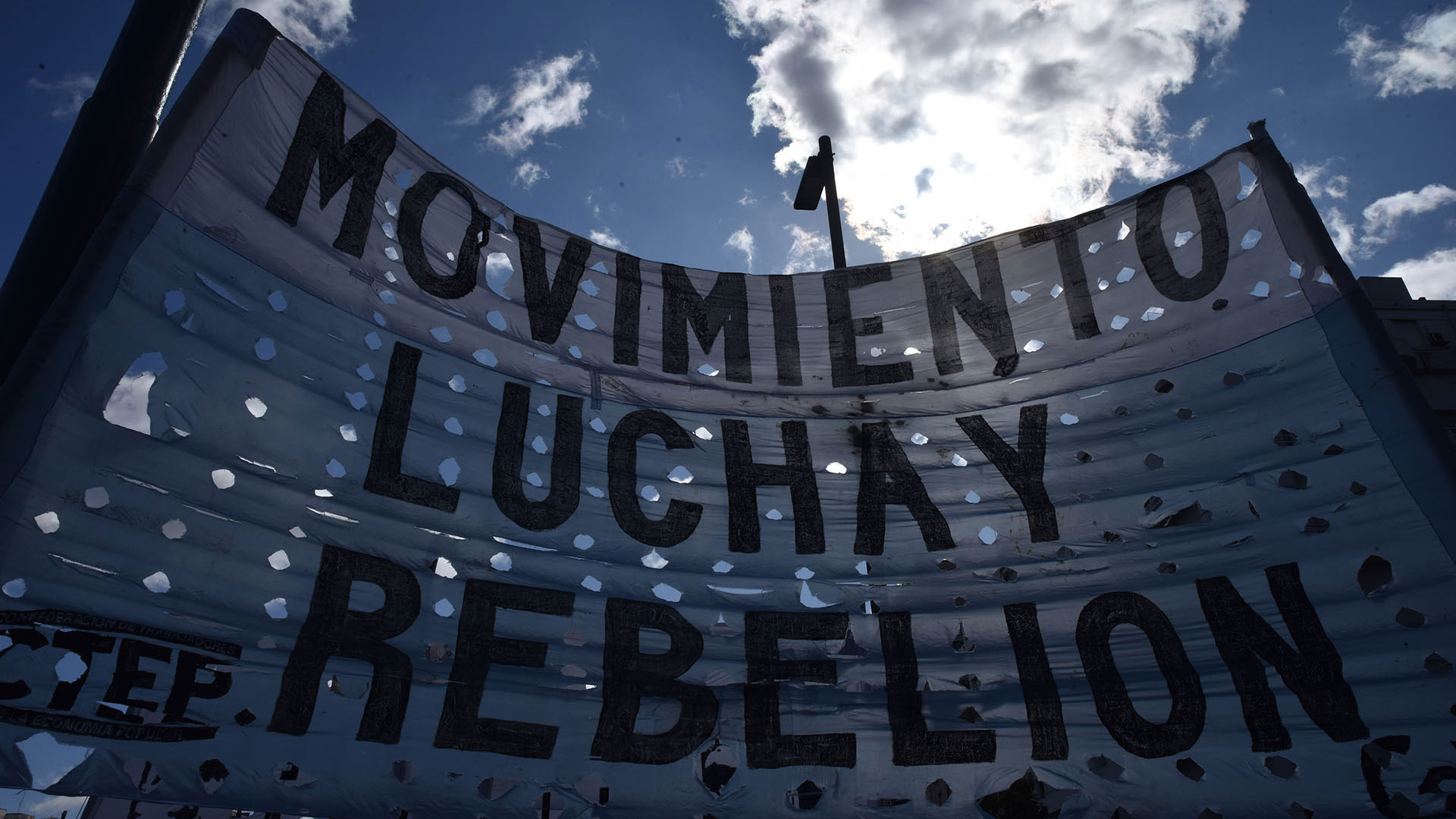 La bandera de uno de los movimientos sociales que participó de la marcha