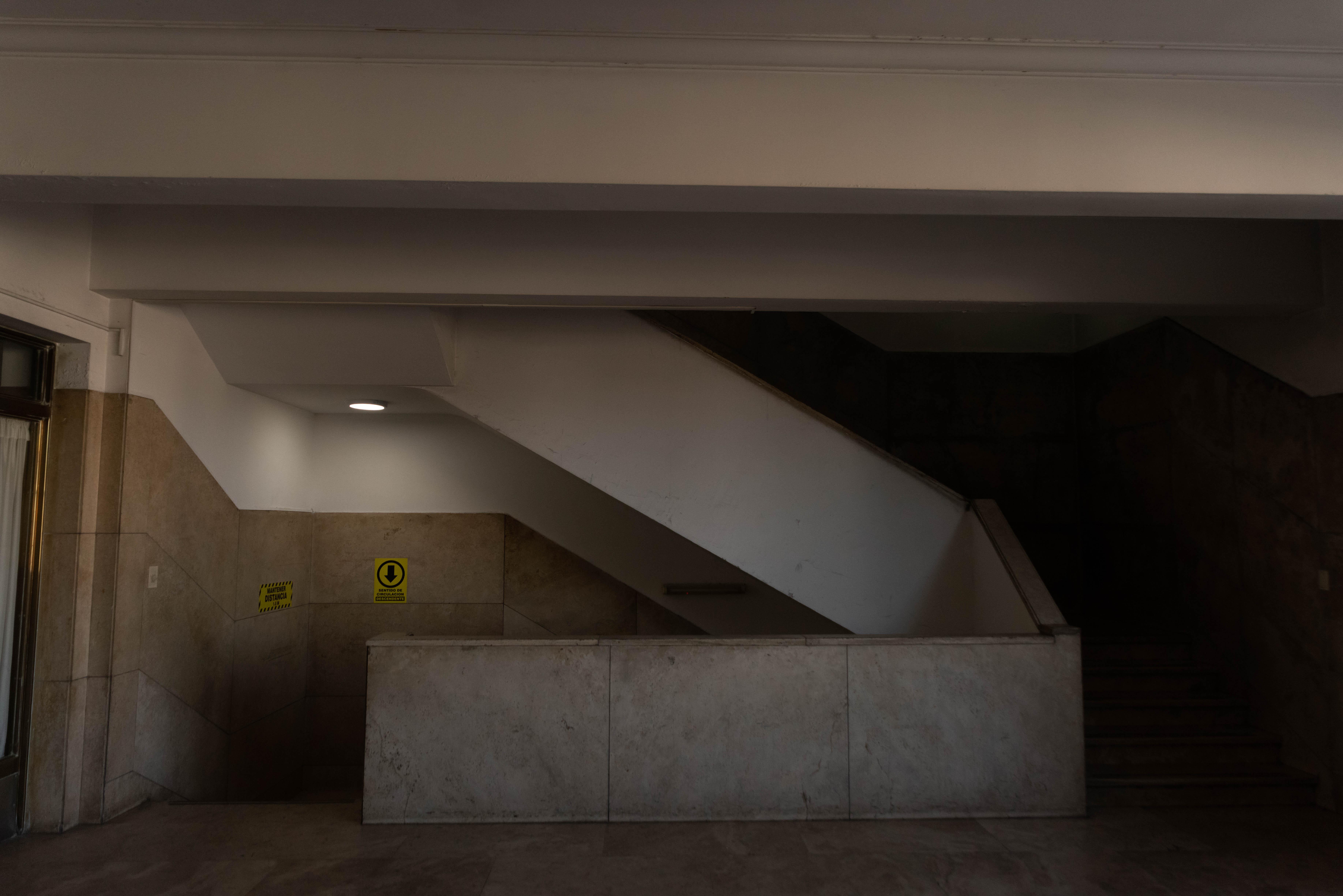 Las escaleras señalizadas. Sentido de circulación indicado y distancia obligatoria.