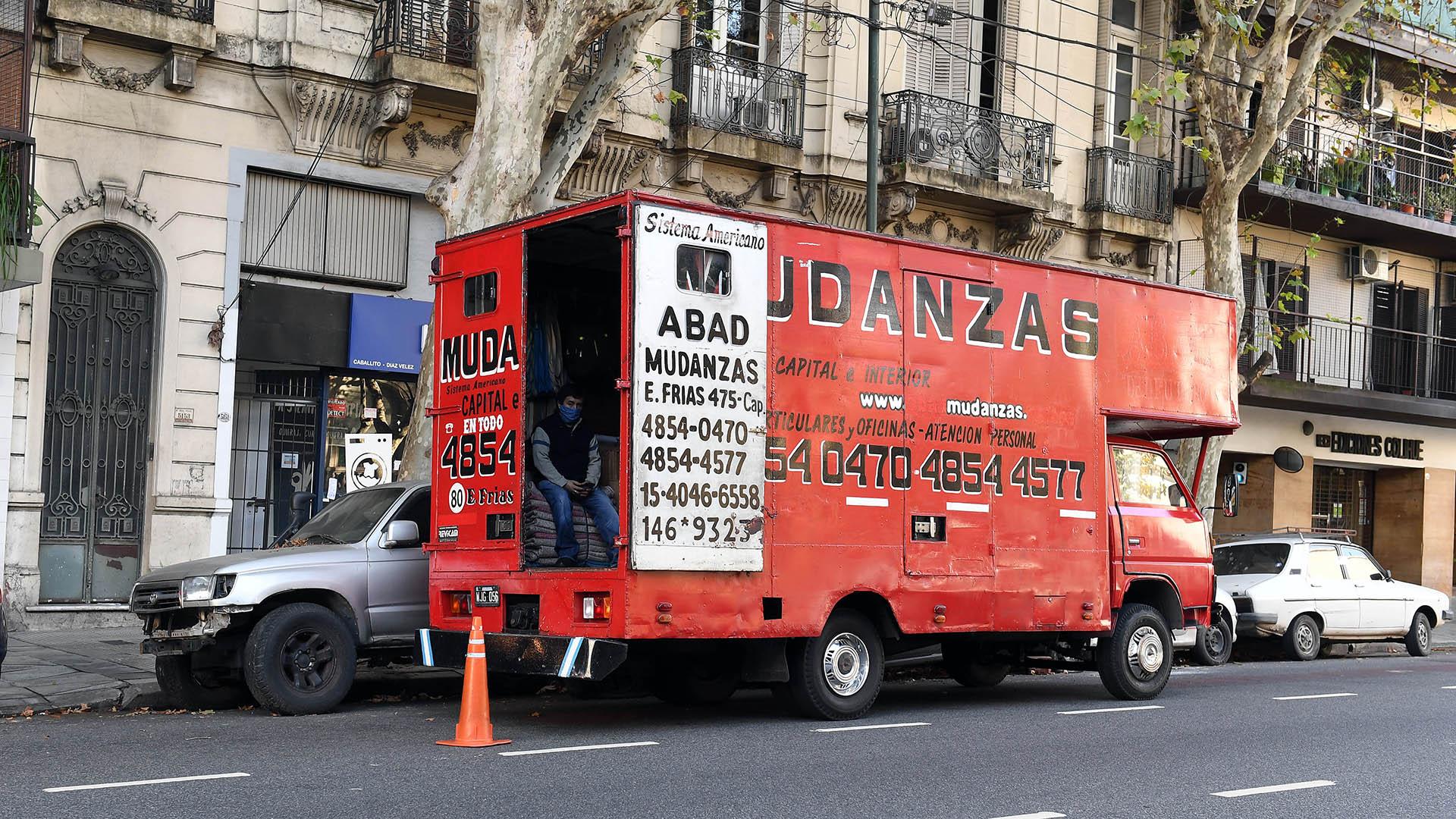 En varias calles porteñas comenzaron a verse camiones de mudanzas