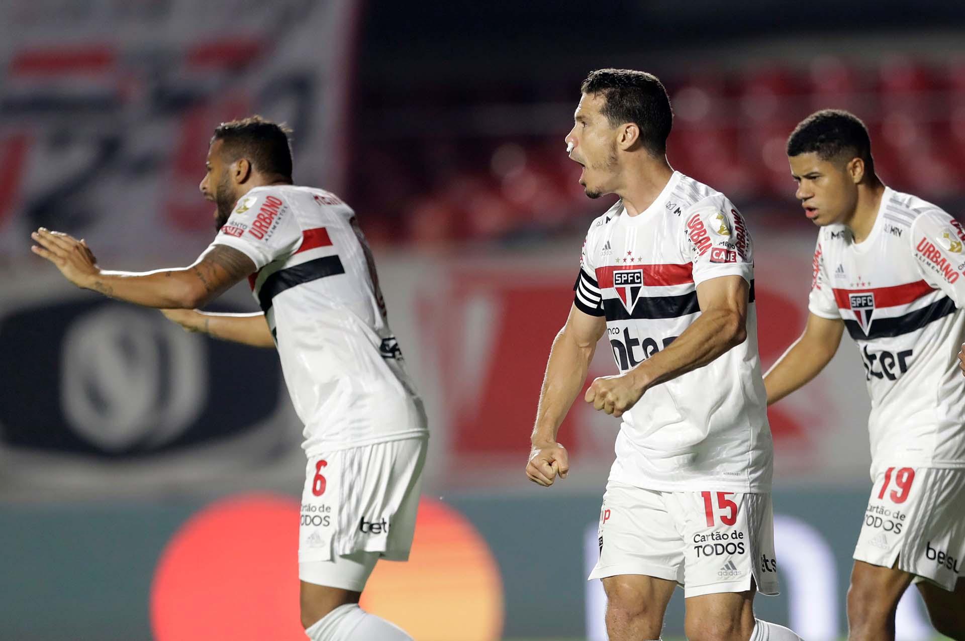 Los paulistas celebran el gol en contra de Angileri, cuando parecía que el triunfo quedaba para River (REUTERS/Andre Penner)
