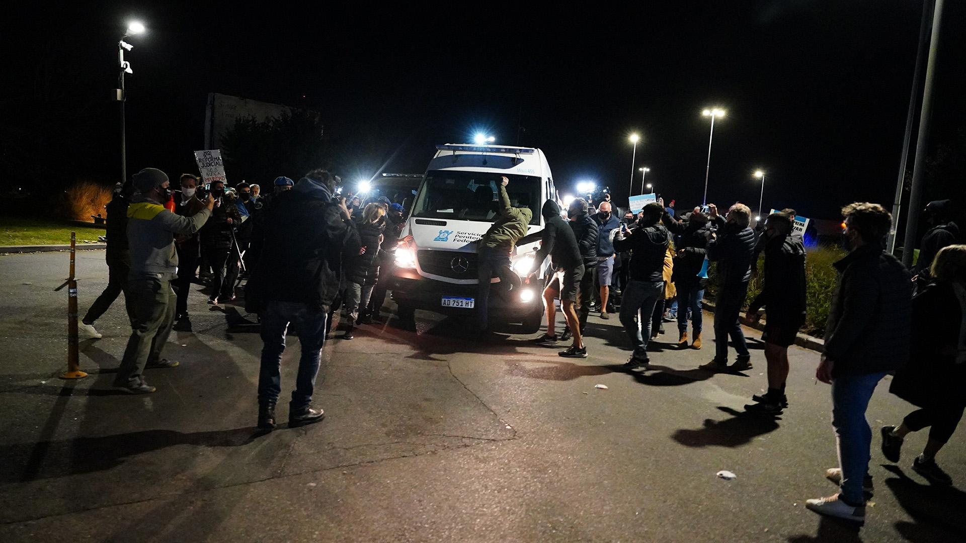Vecinos del barrio Ayres del Pilar se arrojan frente al vehículo del SPF que lleva a Báez