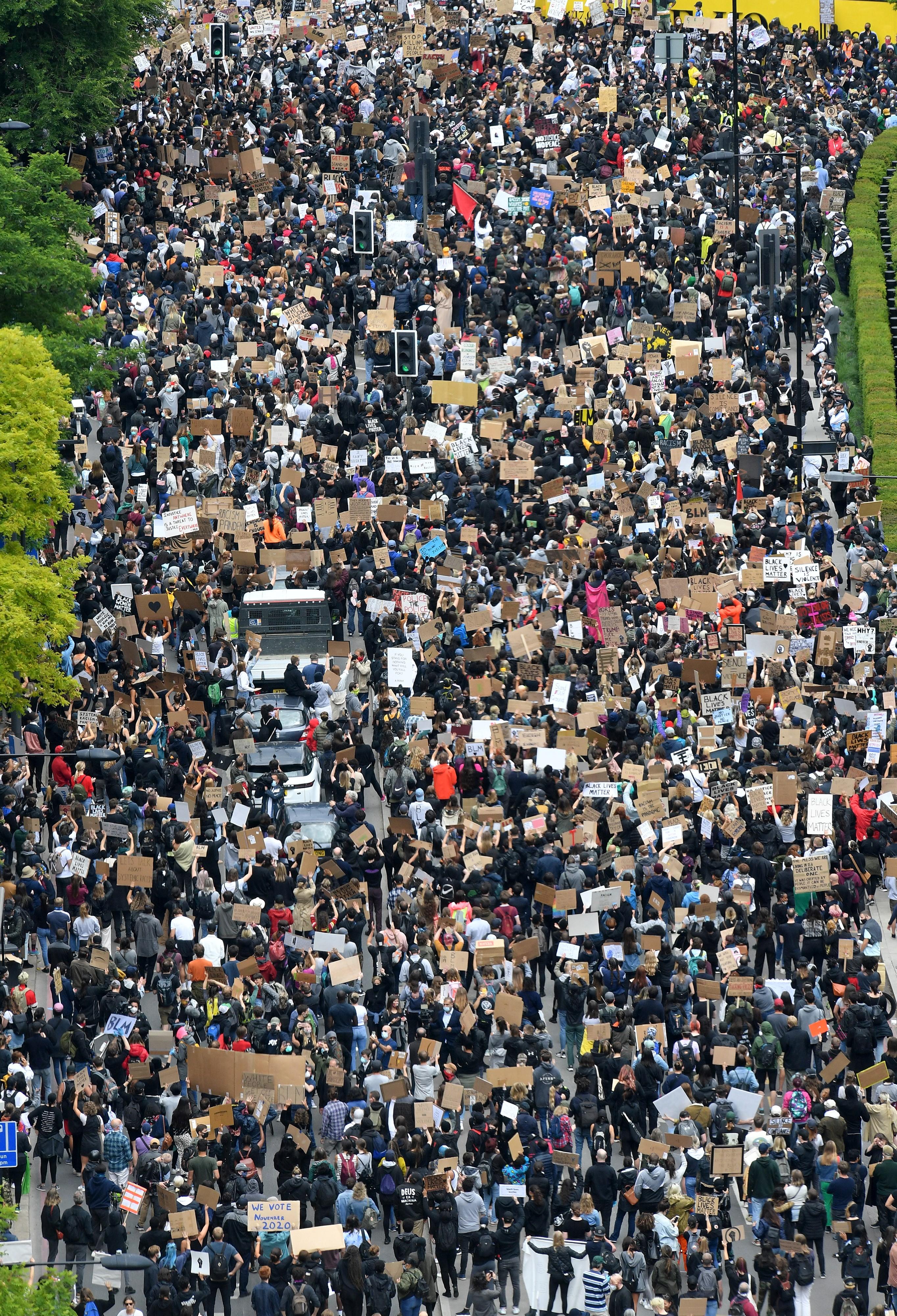 Una multitud se reunió frente a la sede diplomática estadounidense en la capital británica
