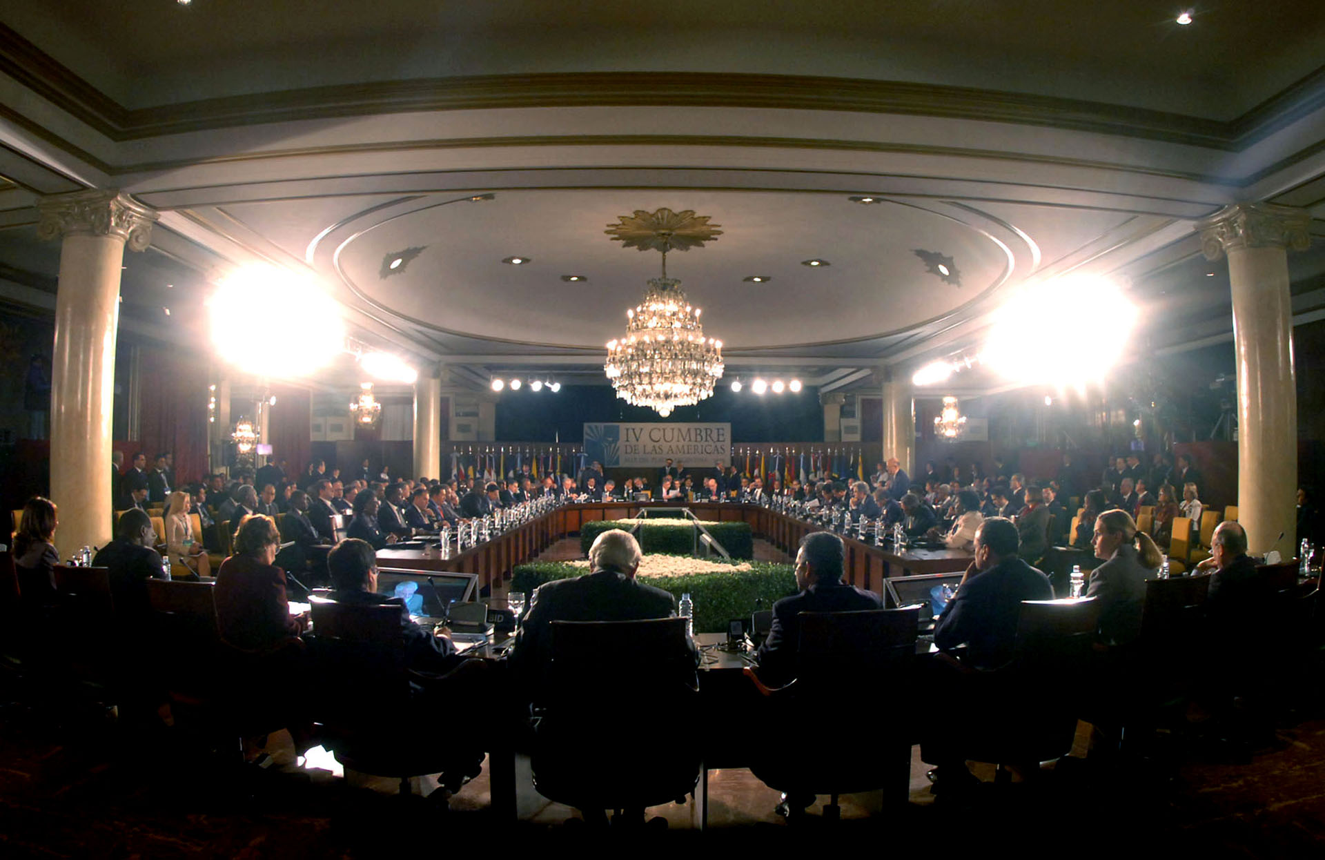 Imagen general del inicio de las deliberaciones de los presidentes en la IV Cumbre de las Americas