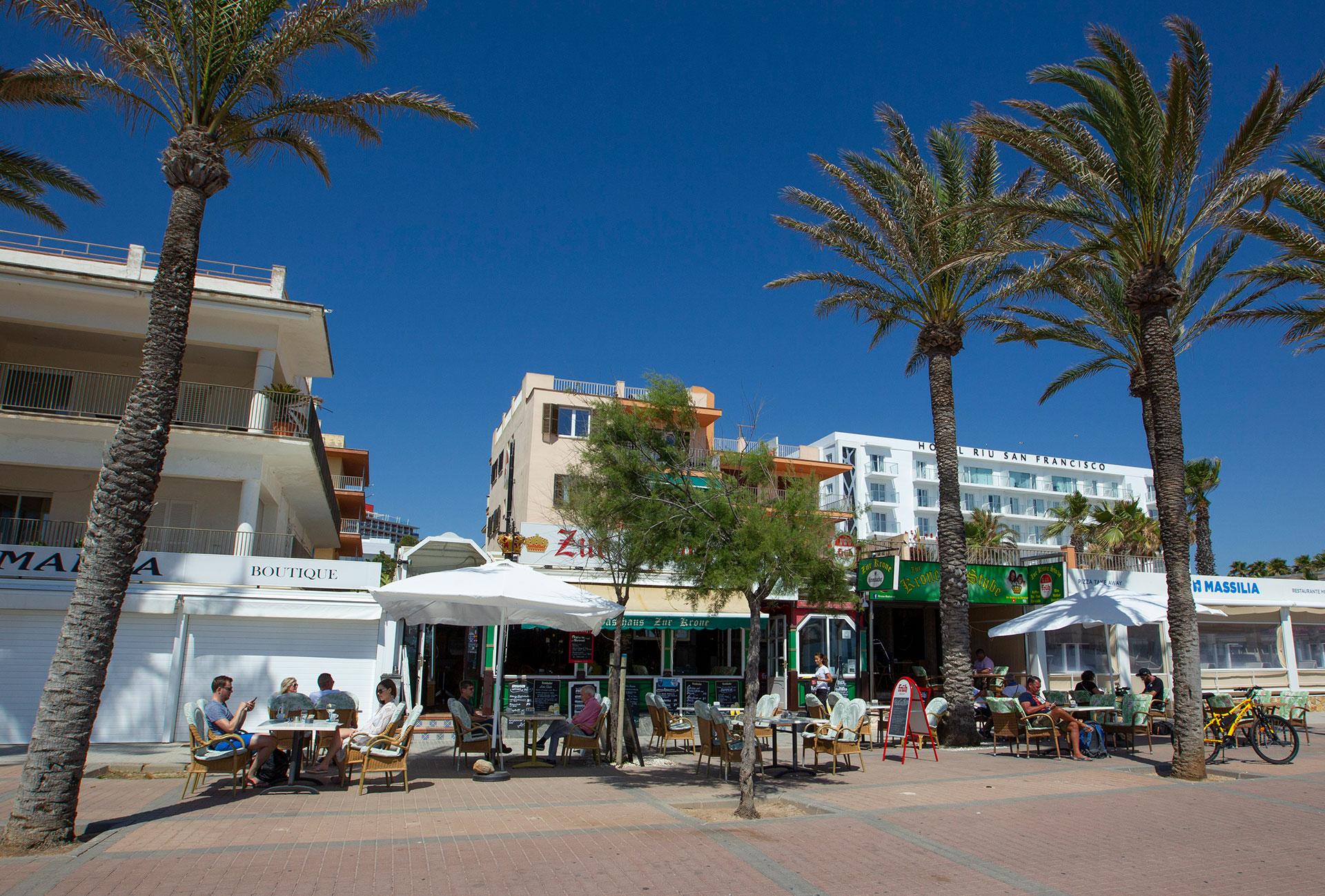 Turistas almuerzan frente a la playa en Palma de Mallorca, donde se espera el arribo de unos 15.000 alemanes en los próximos días.