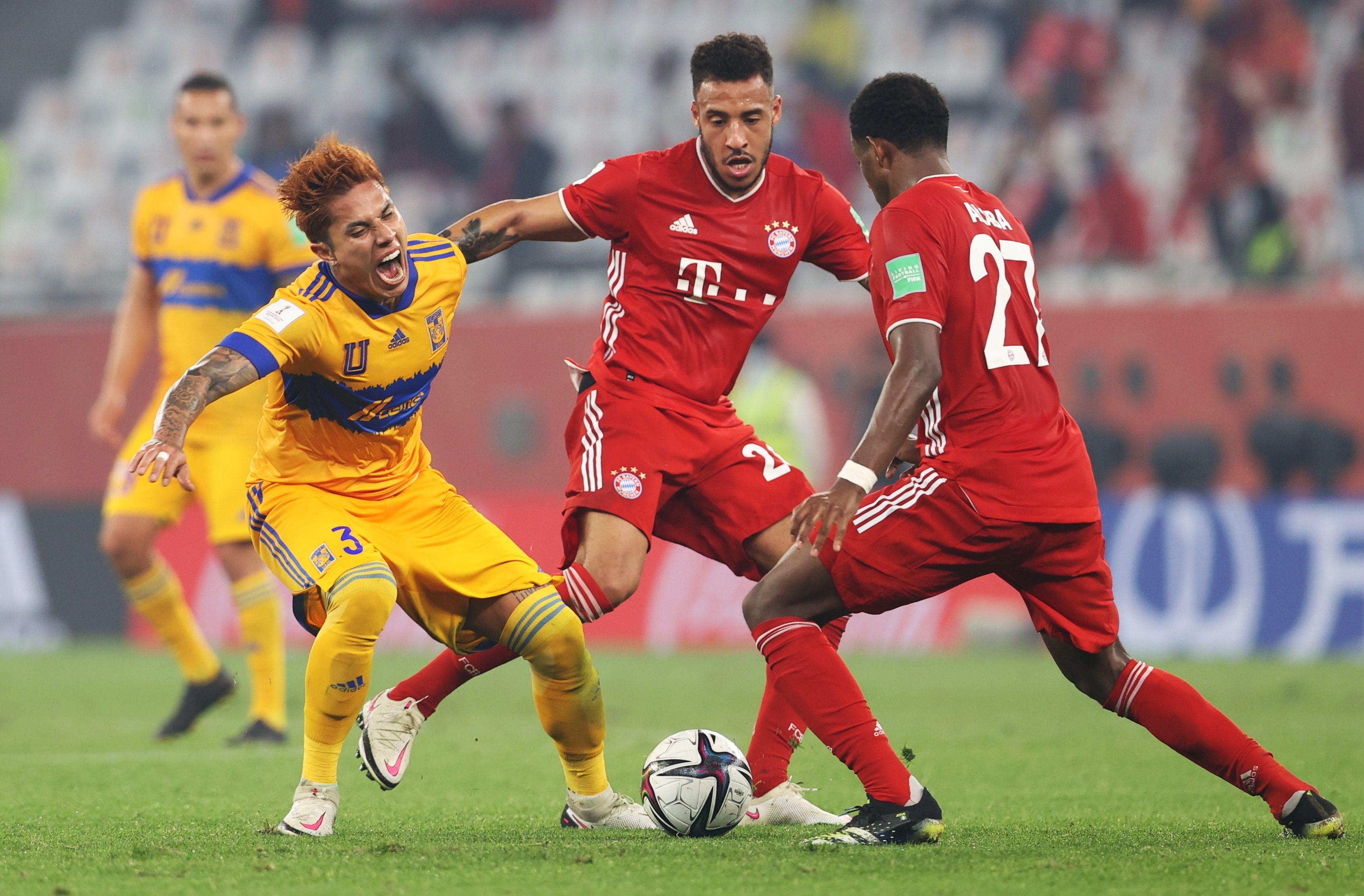 Carlos Salcedo de Tigres con David Alaba de Bayern Múnich.
