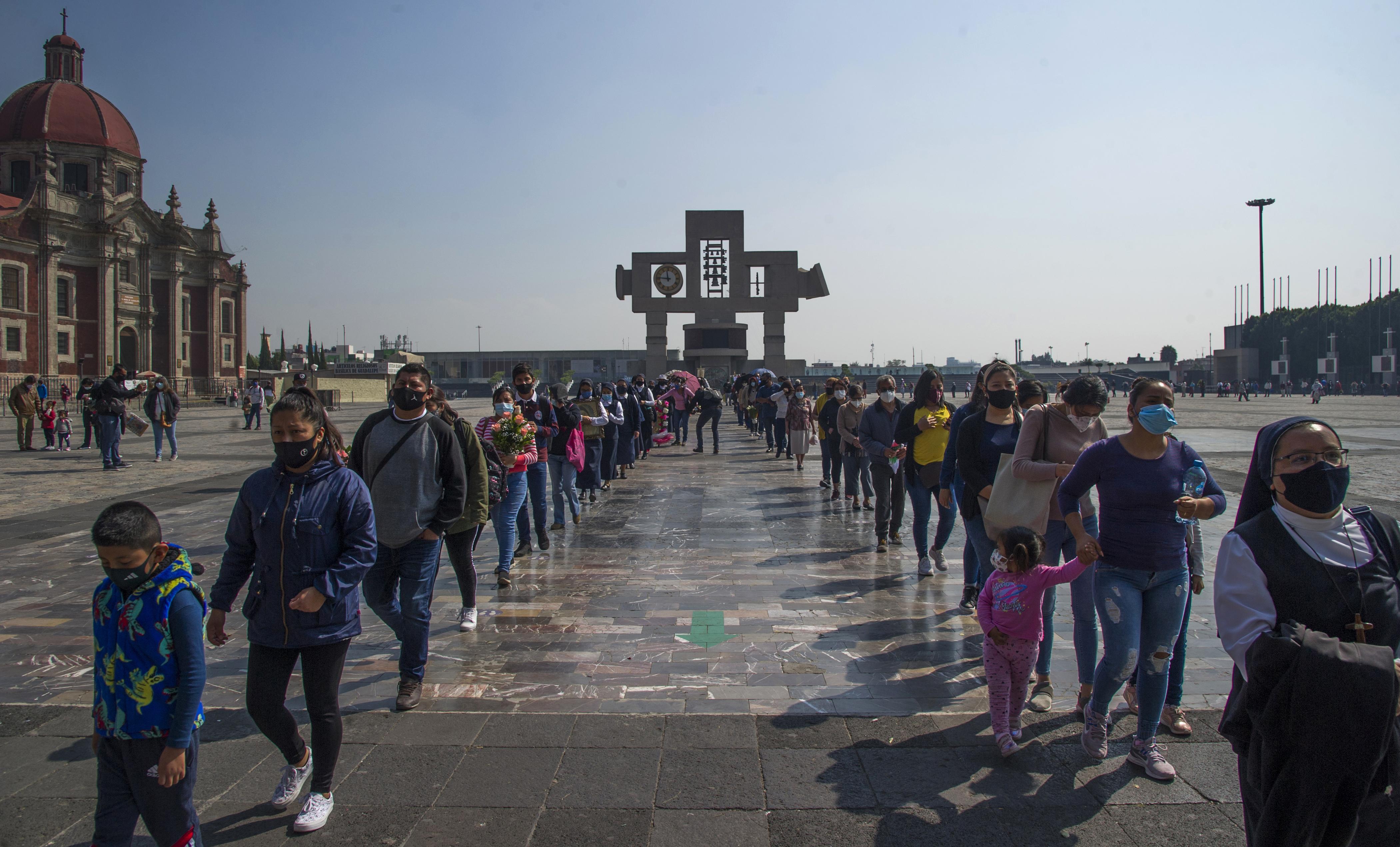 Personas hacen cola en la Basílica de Guadalupe en la Ciudad de México, el 7 de diciembre de 2020.