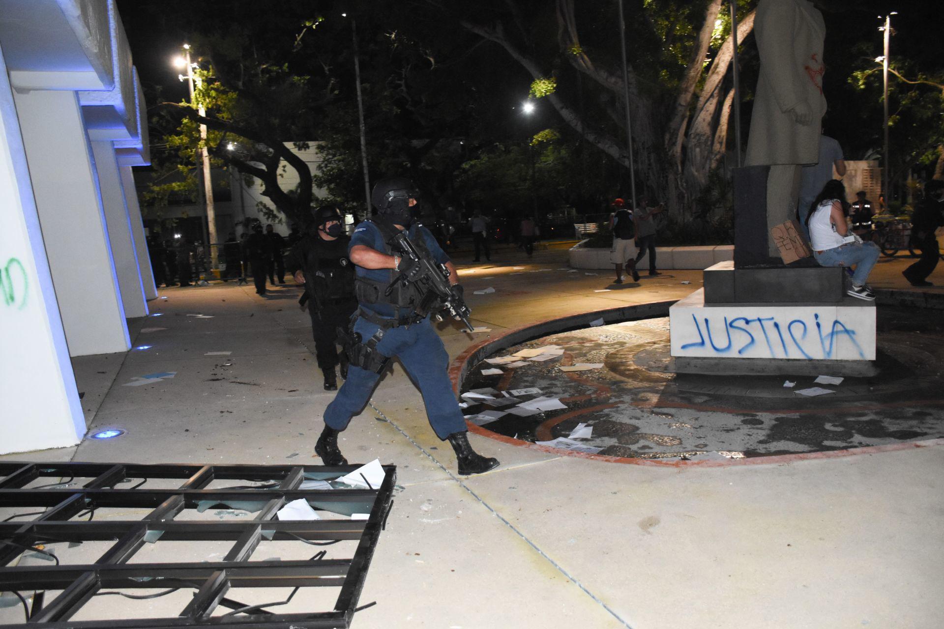 Cancún, Quinta roo, 9 de noviembre de 2020. Ante la supuesta presencia de personal al interior del inmueble, el director de la policía municipal de Cancún, Eduardo Santamaría, habría dado la orden de disparar al aire para dispersar a los manifestantes.