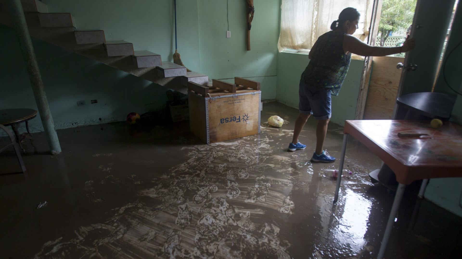 Debido a la cantidad de agua muchas viviendas presentaron inundaciones, por lo que las personas tuvieron que abrir us viviendas para poder sacar todo el liquido acumulado durante la tormenta.