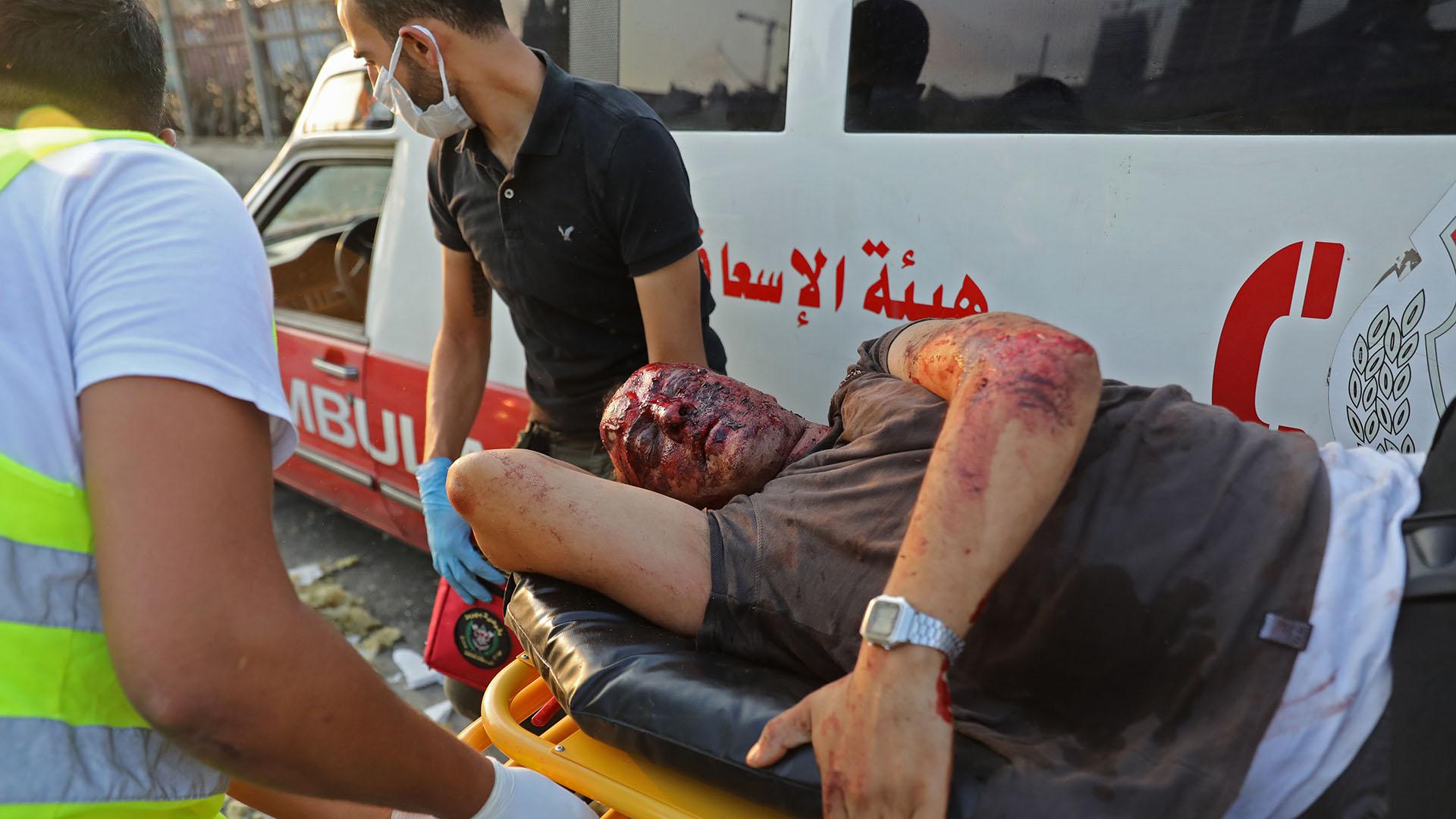 Paramédicos trasladan a un hombre gravemente lastimado en la escena de la explosión en la capital libanesa (Foto de Anwar Amro/ AFP)