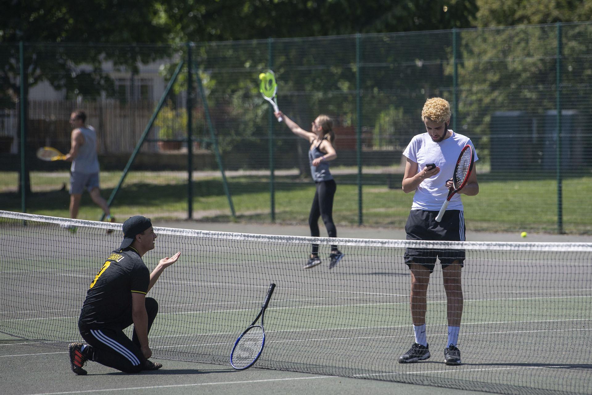 Jóvenes juegan al tenis en Cambridge, Inglaterra.