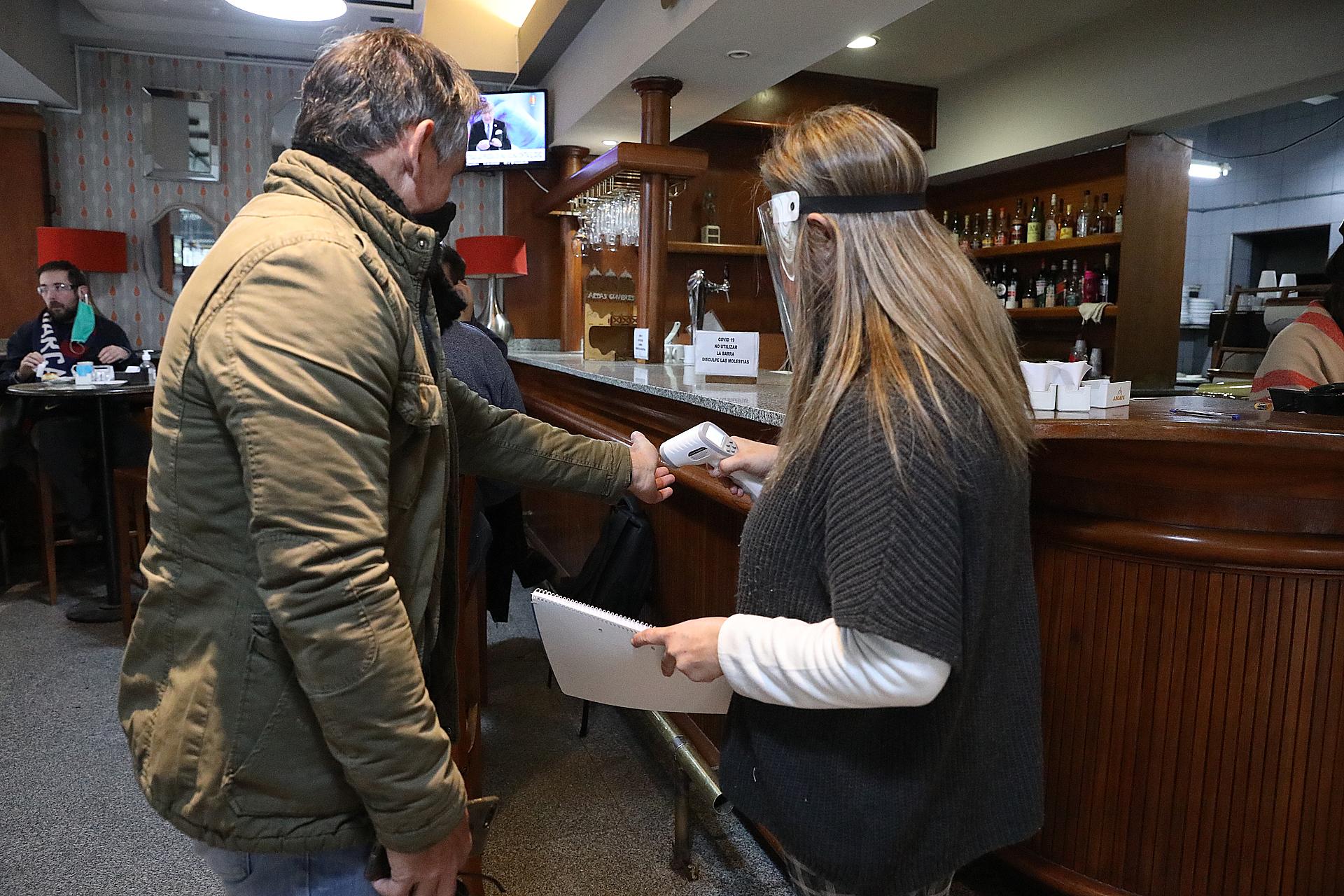 Los bares y restaurantes de Córdoba reabrieron sus puertas con un estricto protocolo sanitario y de higiene. El objetivo: evitar contagios de COVID-19