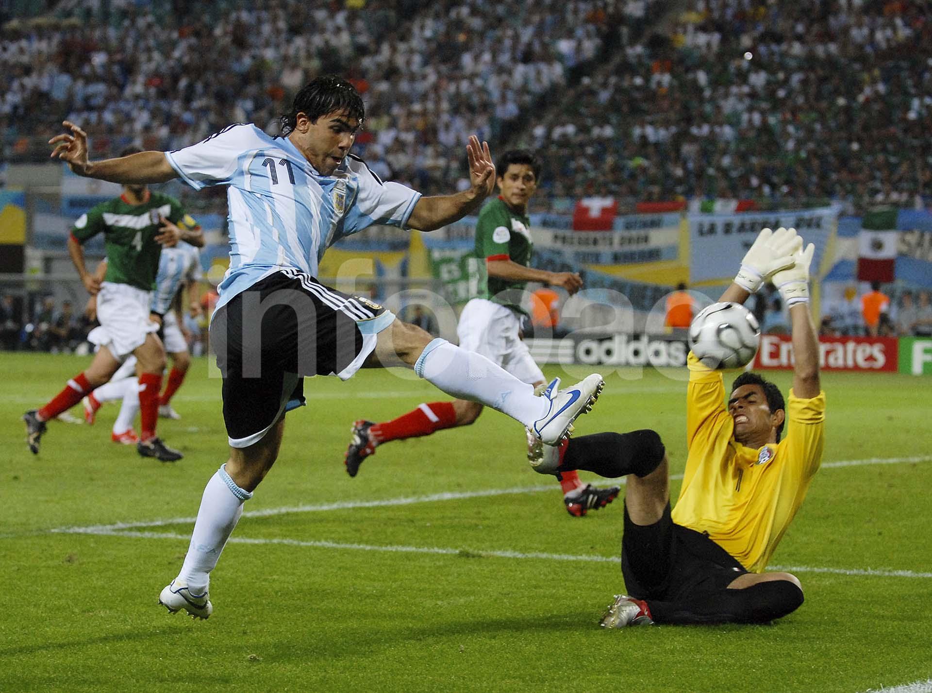 Carlos Tevez convierte un gol ante México en los octavos de final de Sudáfrica 2010