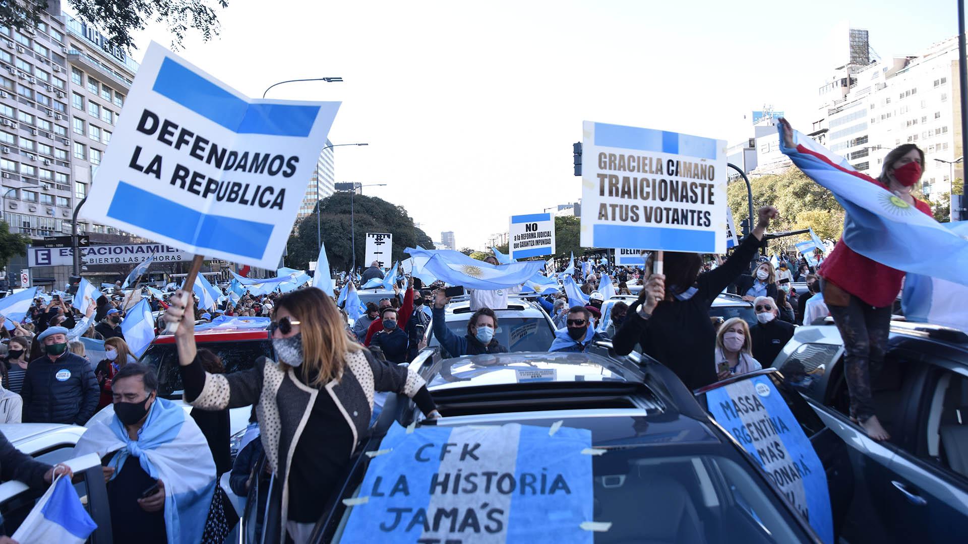 Minutos después de las 16 horas el Obelisco porteño comenzó a llenarse de personas. Algunas se manifestaron a pie, otras desde sus autos.