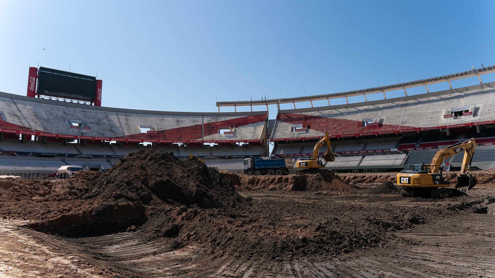 Los cambios más significativos que se pueden apreciar hasta el momento son la renovación absoluta del pasto, la eliminación de la pista de atletismo y las excavaciones para bajar el nivel de la cancha