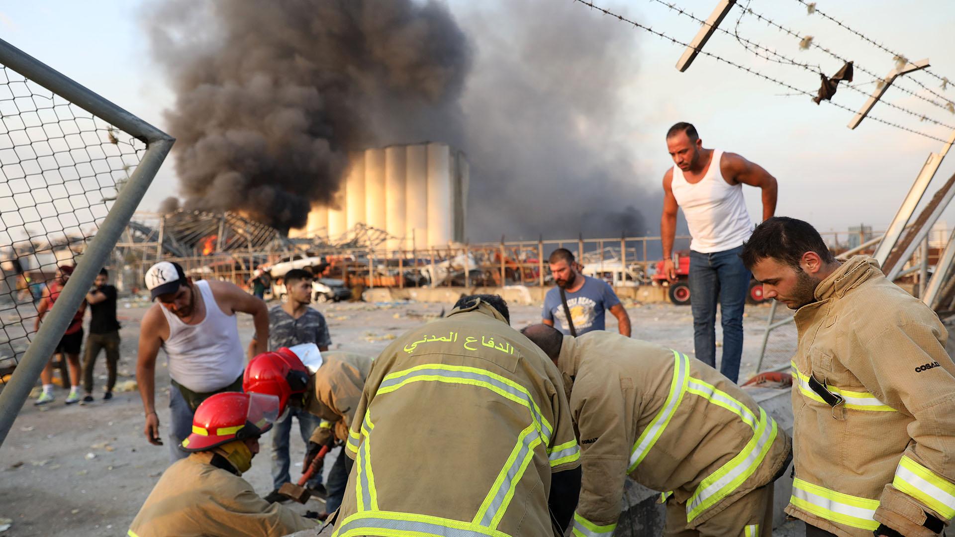 Bomberos trabajan en el lugar de las explosiones en la capital libanesa, que dejaron decenas de muertos y cientos de heridos (Foto de ANWAR AMRO / AFP)