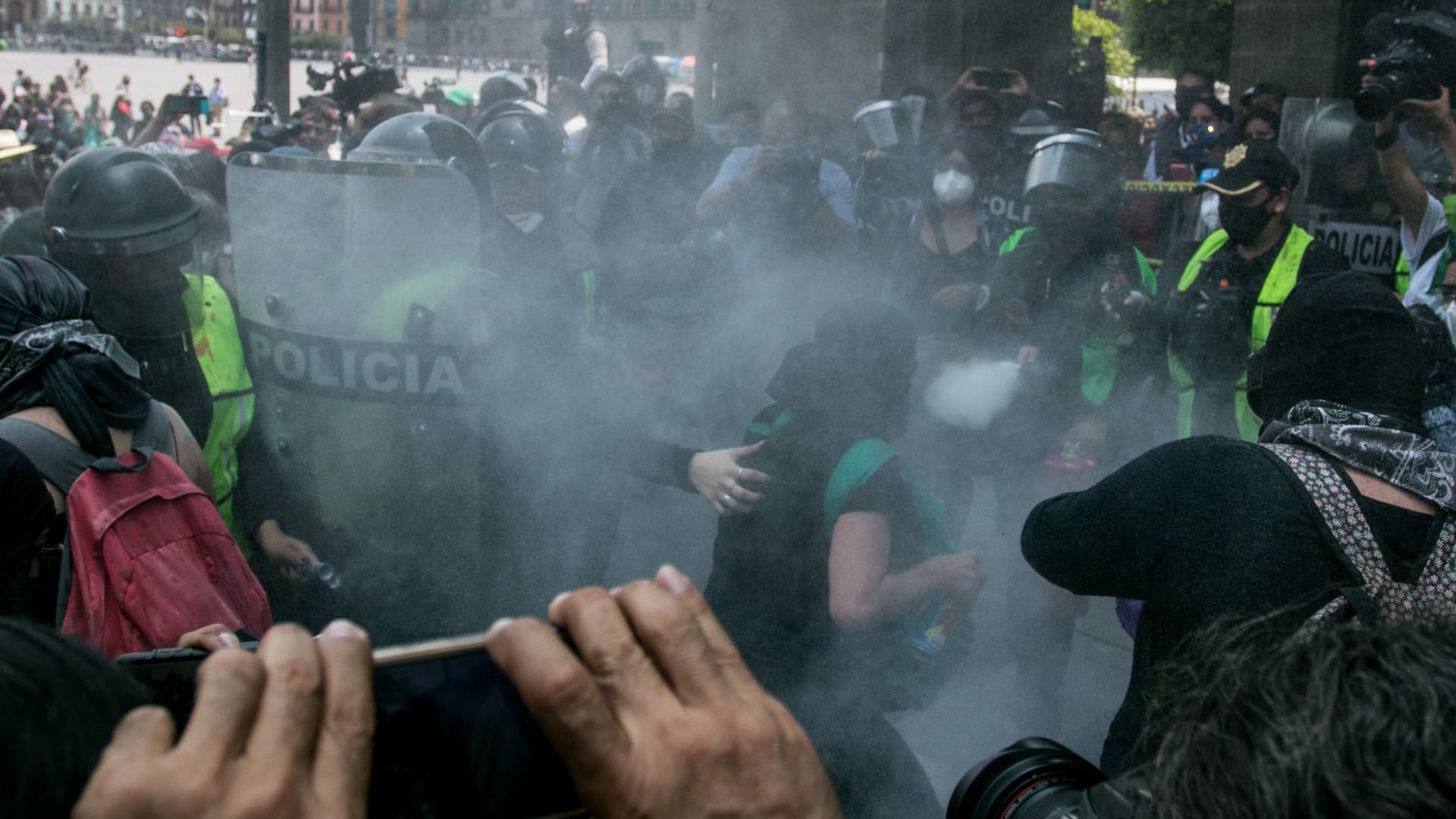Los elementos de la policía utilizaron extintores, con la finalidad de replegar a los grupos mas radicales con los que tuvieron enfrentamientos (Foto: Cuartoscuro)