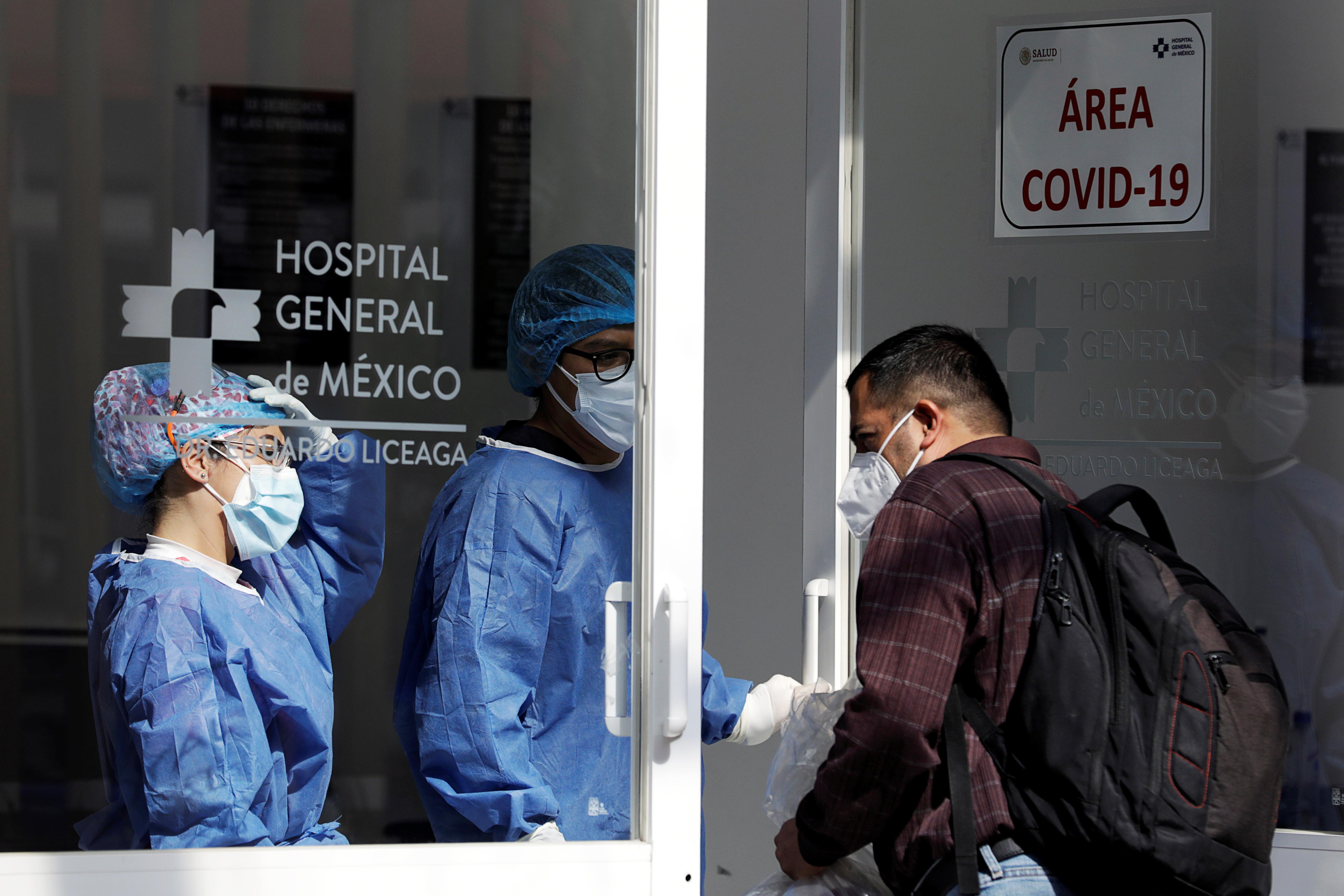 Un hombre recibe la ropa de un familiar hospitalizado porCOVID-19 en el Hospital General, en la Ciudad de México, México el 15 de diciembre de 2020. Fotografía tomada el 15 de diciembre de 2020.