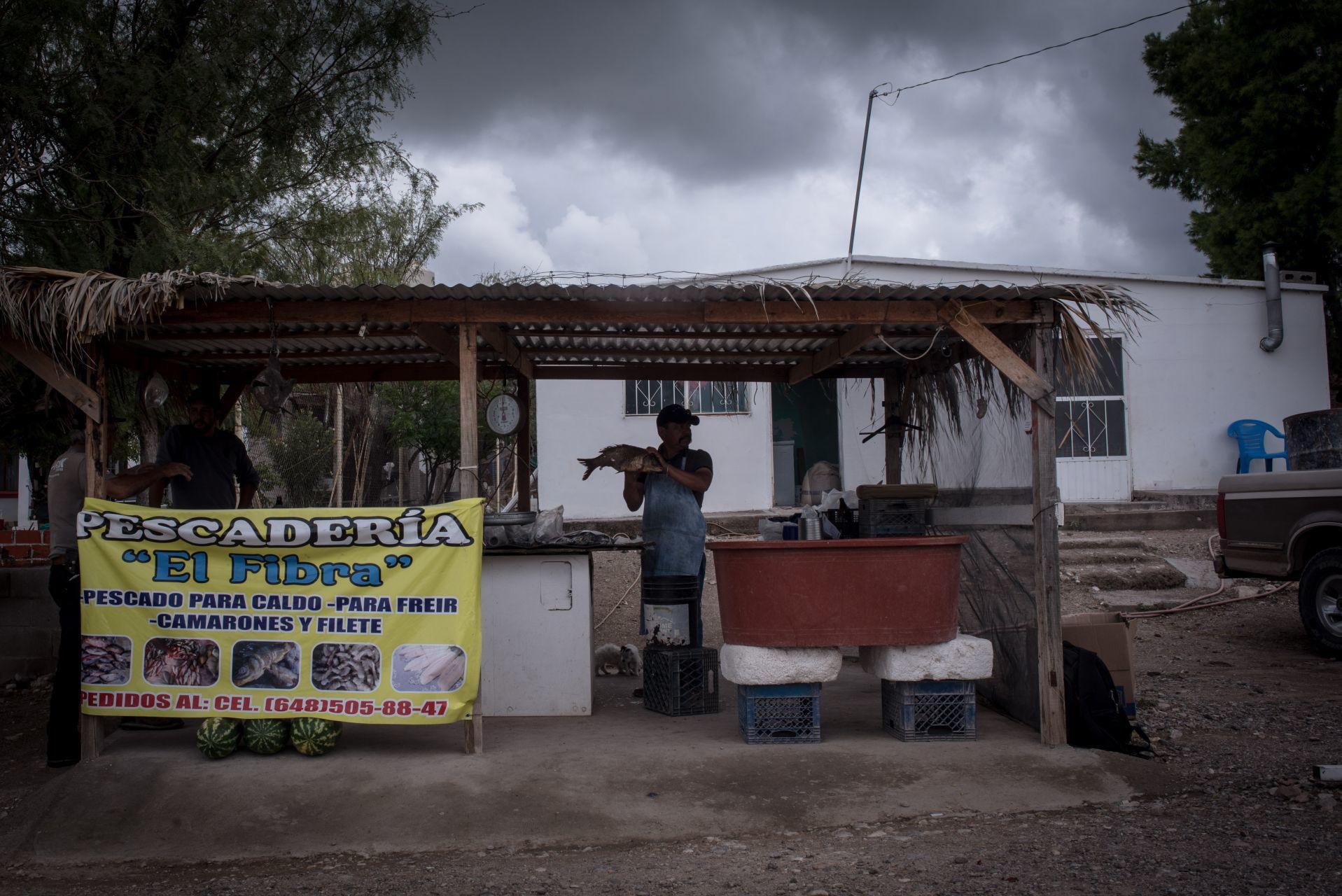 Local de venta de pescado fresco en un poblado a la entrada de la presa