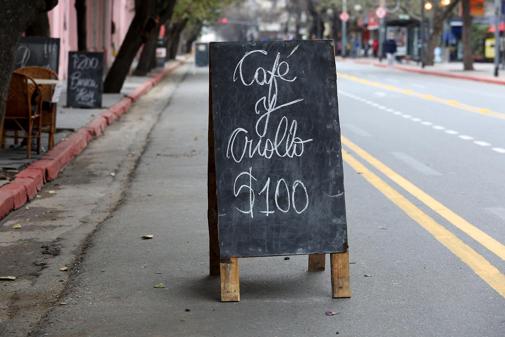 Los bares de la zona céntrica de Córdoba reabrieron sus puertas con promociones a precios accesibles