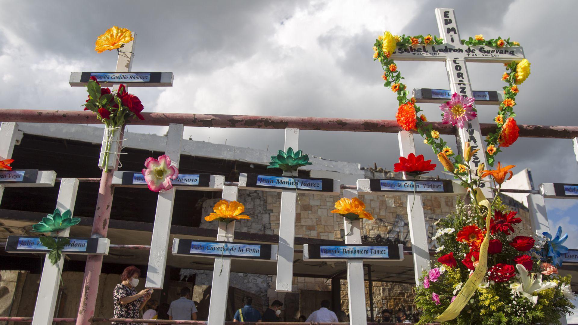 Cruces con decoraciones adornaron la fachada del lugar con los nombres de las personas ahí fallecidas (Foto: Cuartoscuro)