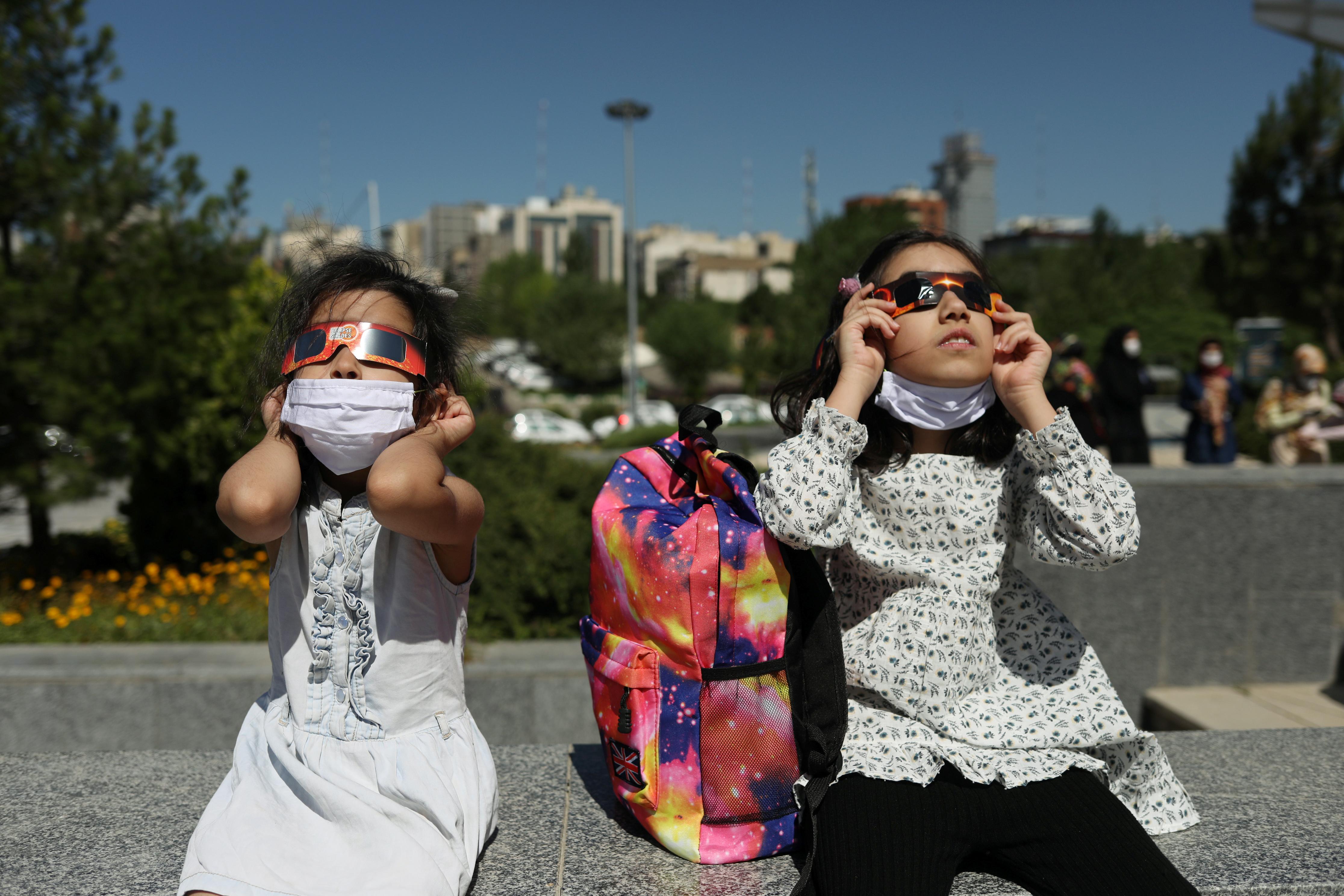 Niñas observan el fenómeno desde Teherán