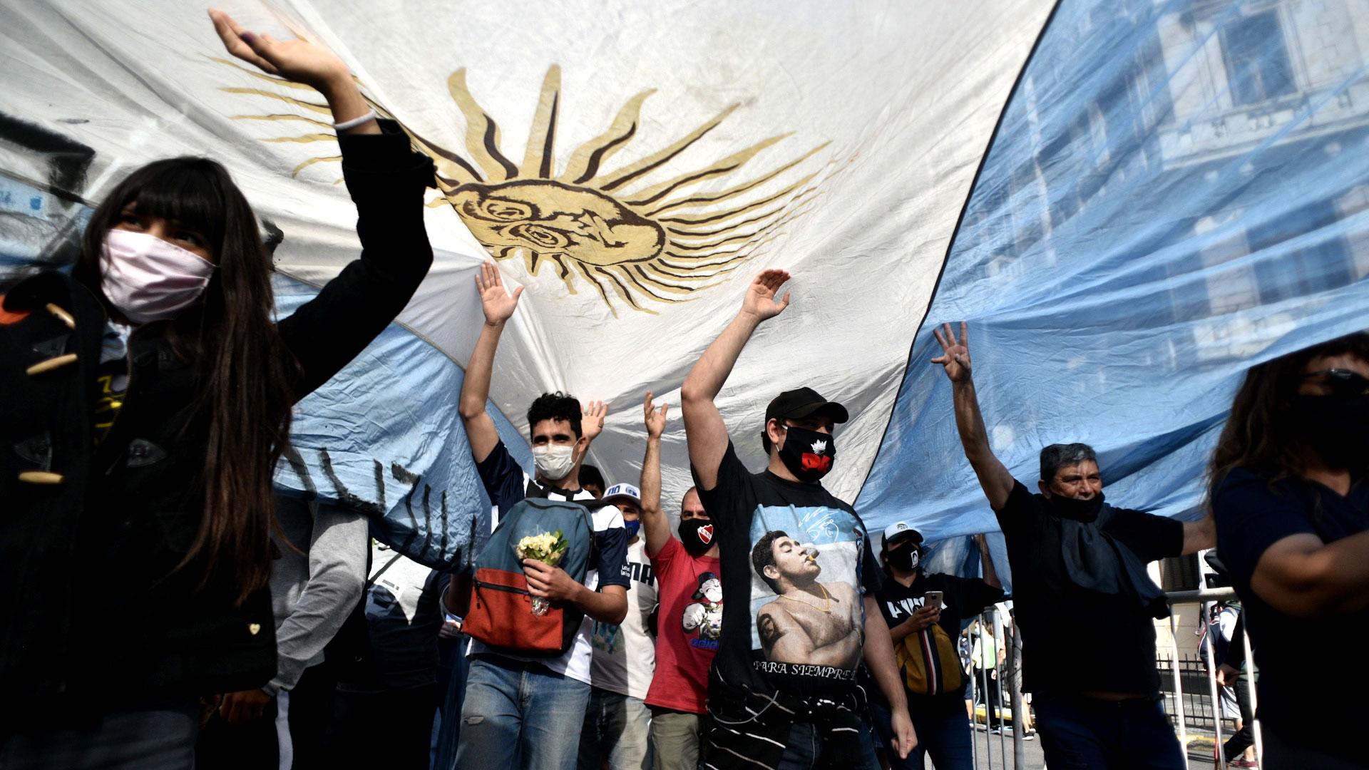Fanáticos de Diego Maradona con la bandera de Argentina