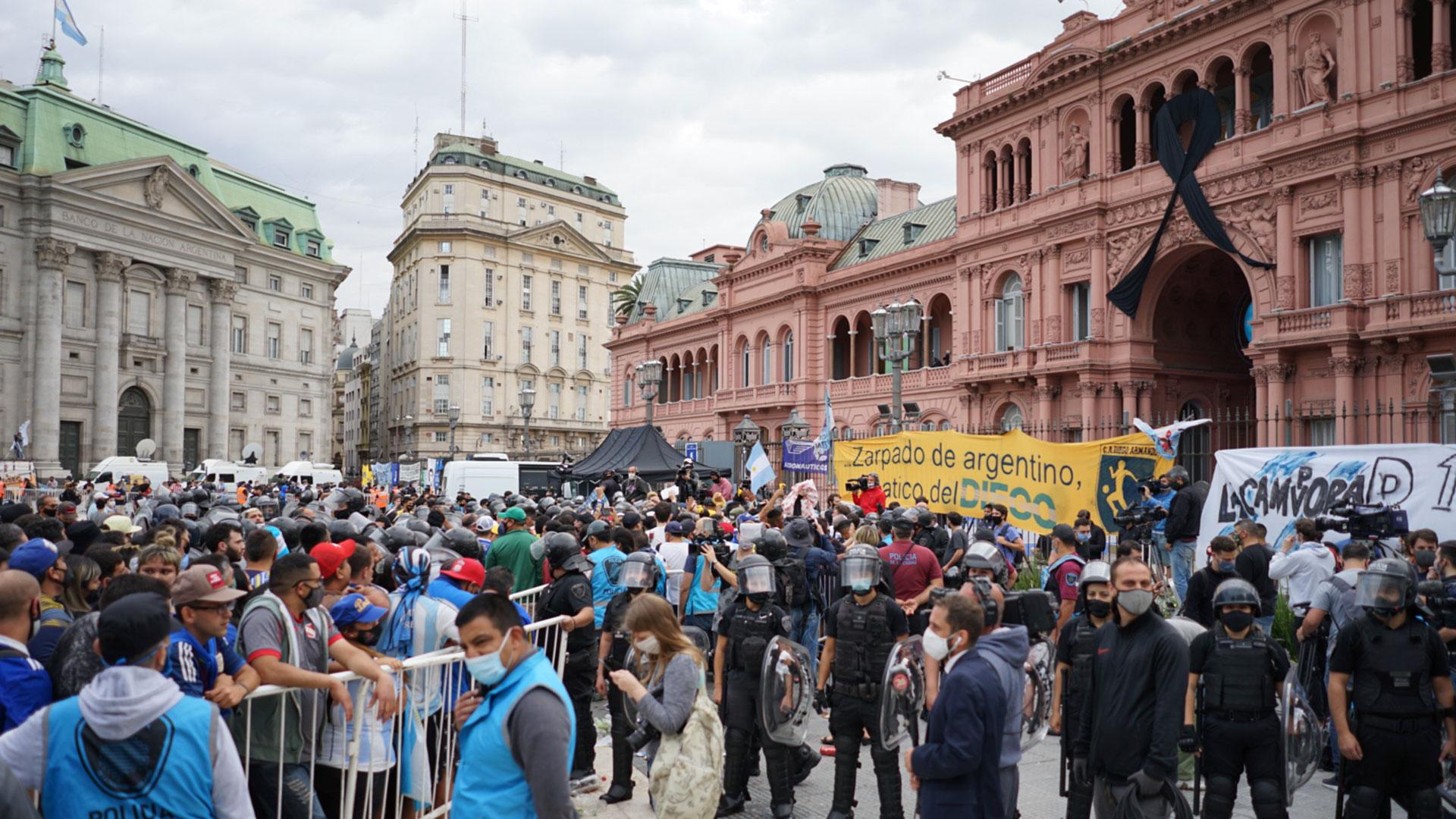 La multitud frente a Casa Rosada, que luce un crespón negro, luto por la muerte de Diego Maradona