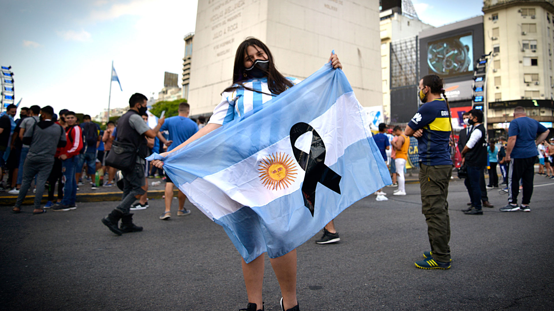 La bandera argentina y el crespón negro resumen el sentimiento de los hinchas (Gustavo Gavotti)