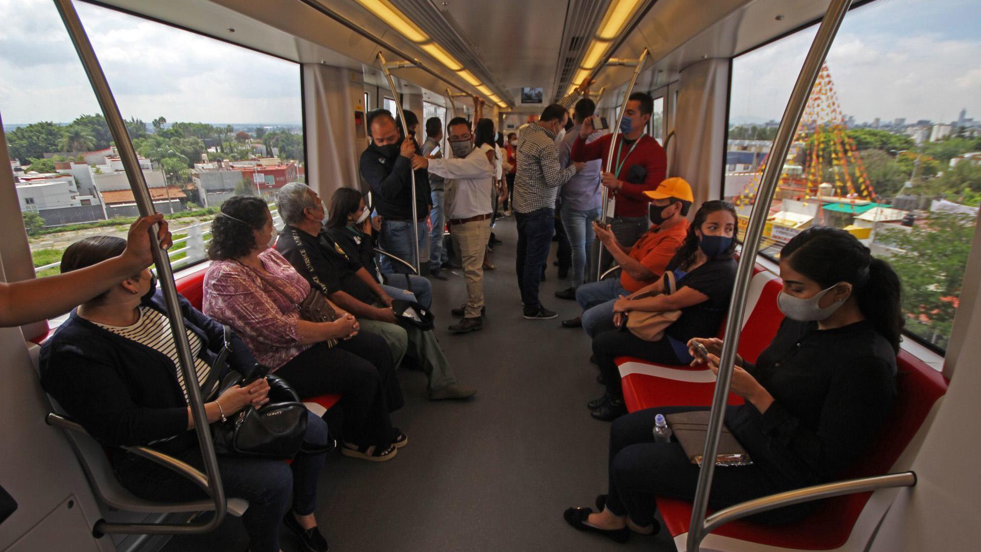 Personas invitadas al recorrido del tren ligero disfrutan de su operatividad en uno de los trayectos que realizo (Foto: Cuartoscuro)