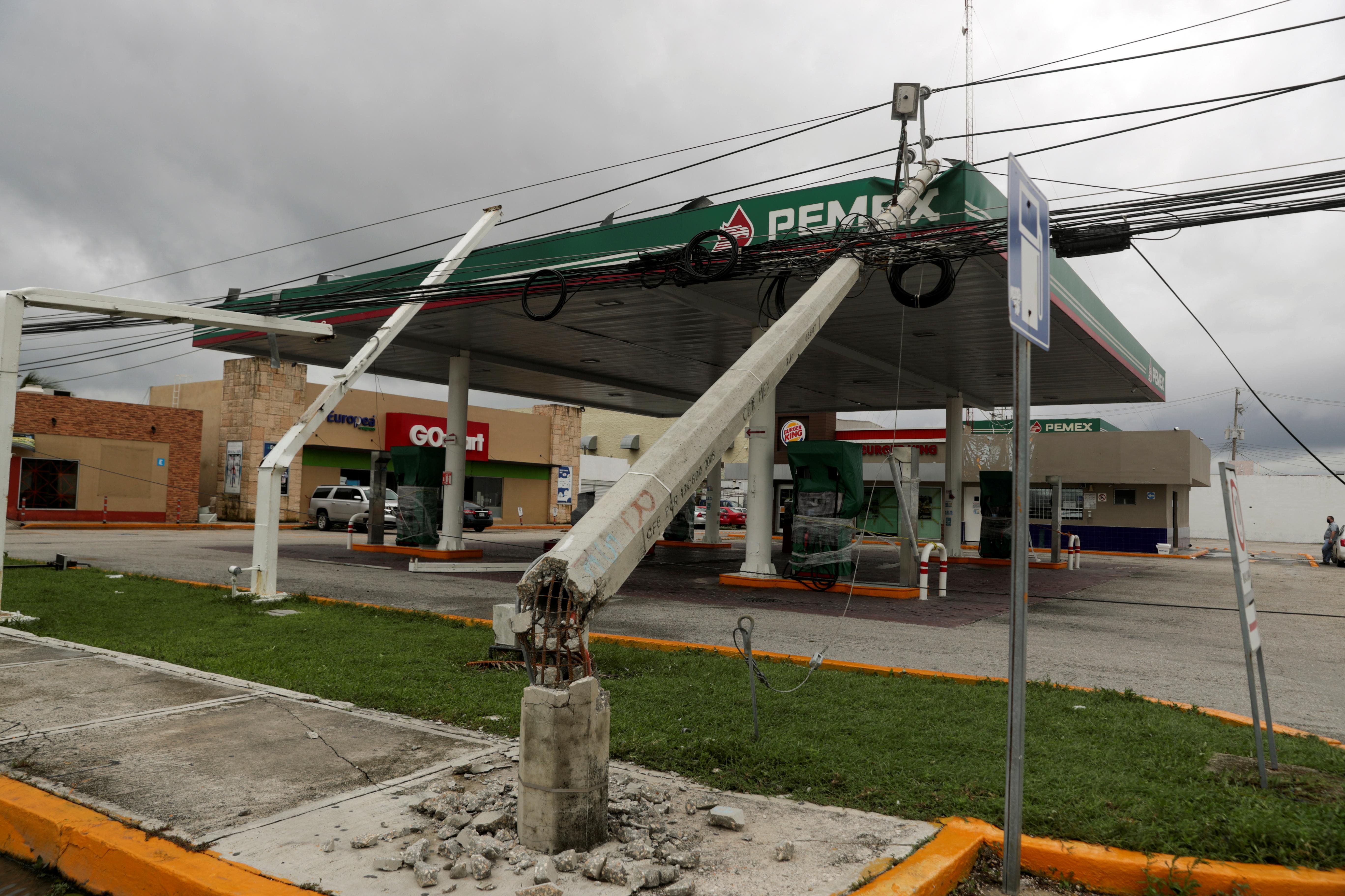 Una gasolinera dañada se ve después de que un poste de electricidad cayera sobre ella, a raíz del huracán Delta, en Cancún, en el estado de Quintana Roo, México, el 7 de octubre de 2020.