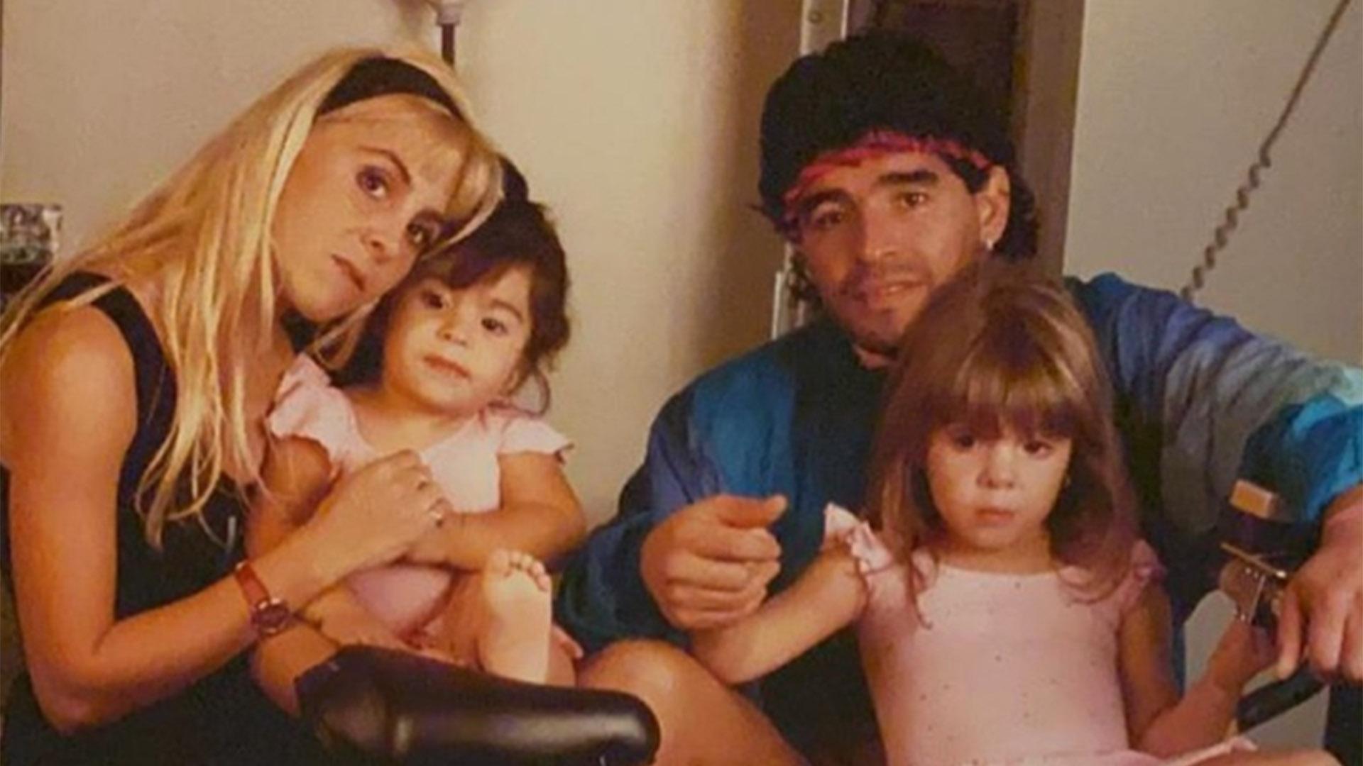 """Del """"sin ella me muero"""" a """"es una ladrona"""": la historia de amor, lágrimas y  guerra judicial de Claudia Villafañe y Diego Maradona - Infobae"""