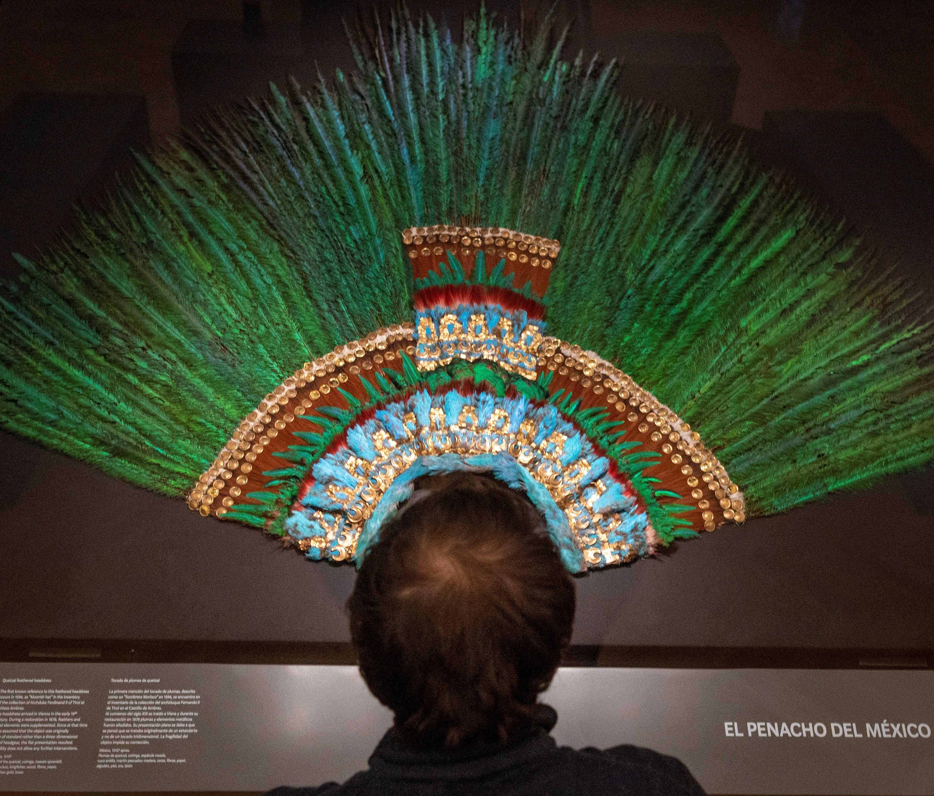 El penacho del emperador azteca Moctezuma Xocoyotzin (1466-1520) o Moctezuma II, se exhibe en el Museo de Etnología (Welt Museum) en Viena el 15 de octubre de 2020. (Foto: Joe Klamar / AFP)