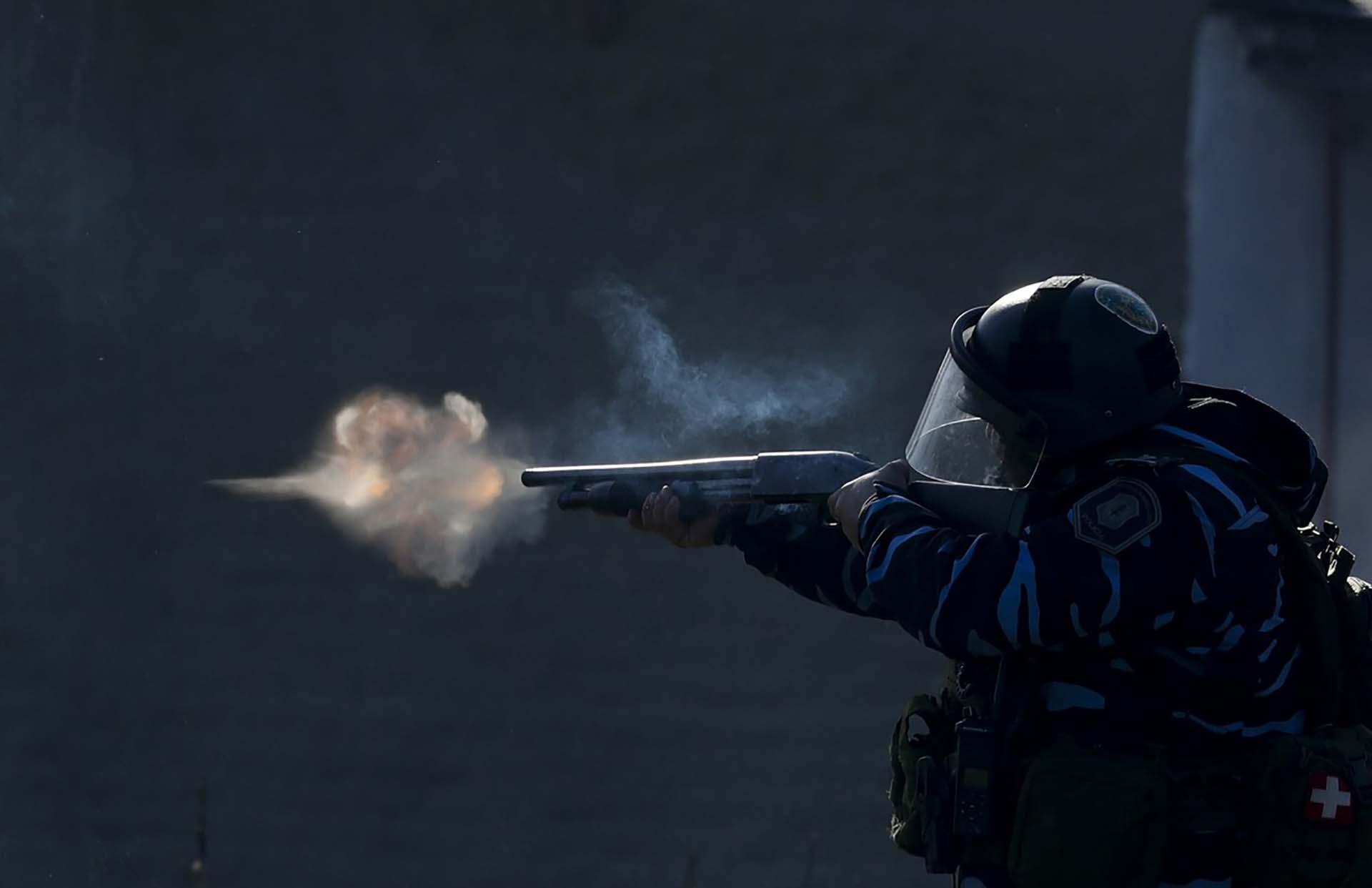 Guernica, otro tema de 2020. Un oficial de policía apunta con su arma, mientras las fuerzas de seguridad disparan gases lacrimógenos y balas de goma, durante enfrentamientos con personas luego de que la policía desmantelara un campamento de ocupantes ilegales y desalojara a las personas que vivieron allí casi tres meses, entre julio y octubre