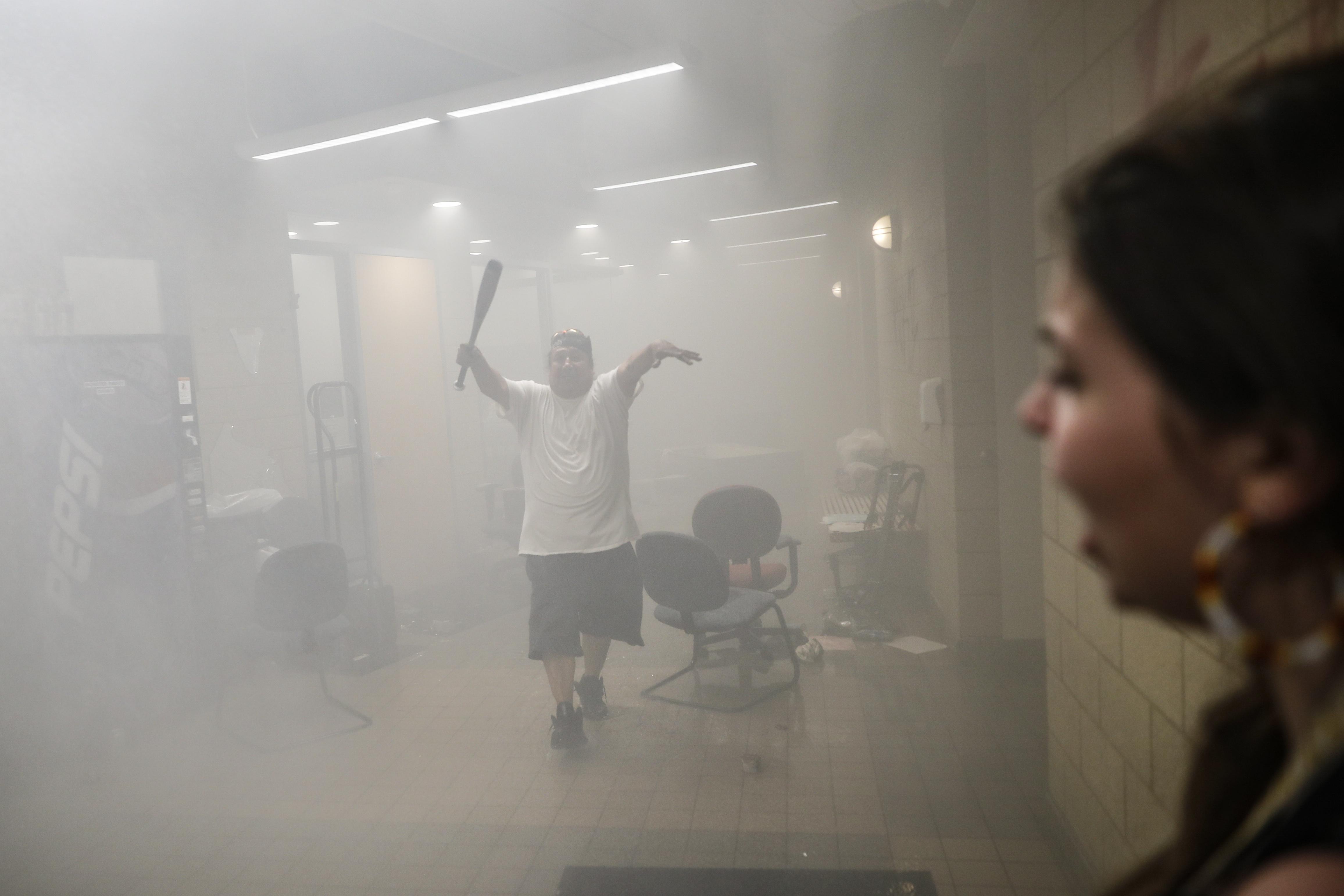 Manifestantes entran en la 3ª Comisaría de Policía de Minneapolis ya en llamas, el jueves 28 de mayo de 2020 (Foto AP/John Minchillo)
