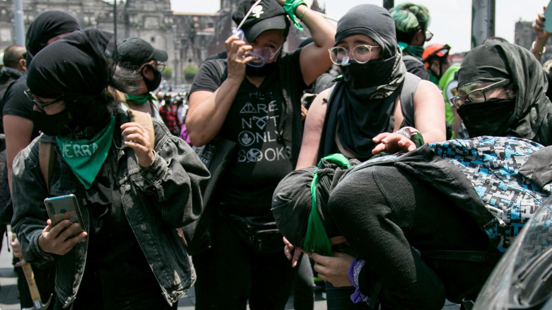 Manifestantes se limpian los ojos después de ser rociadas con extintores durante un enfrentamiento con las fuerzas de seguridad (Foto: Cuartoscuro)