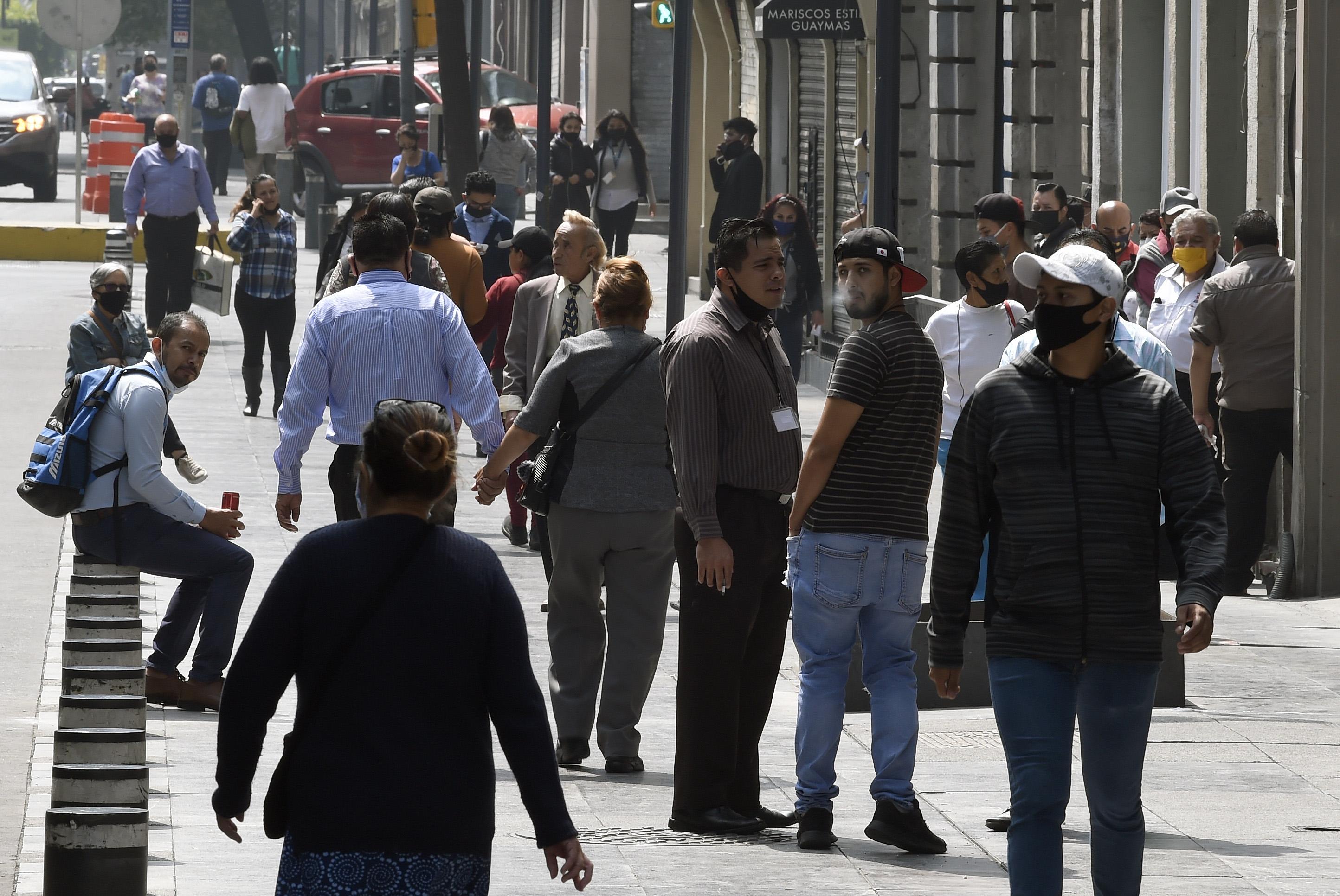 La gente se acumula en una calle de la Ciudad de México, el 29 de junio de 2020 durante la pandemia de COVID-19. (Foto: ALFREDO ESTRELLA / AFP)