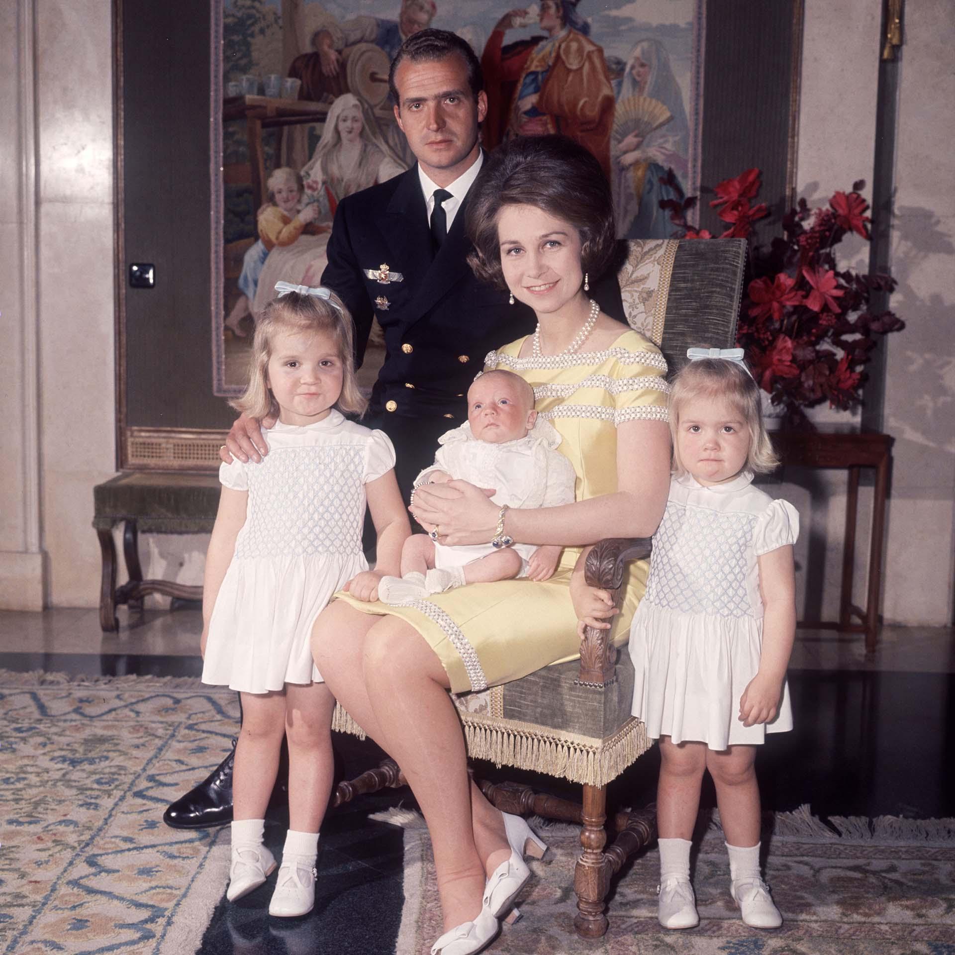 Retrato familiar: Elena, Juan Carlos, Felipe en brazos de Sofía y Cristina (Shutterstock)