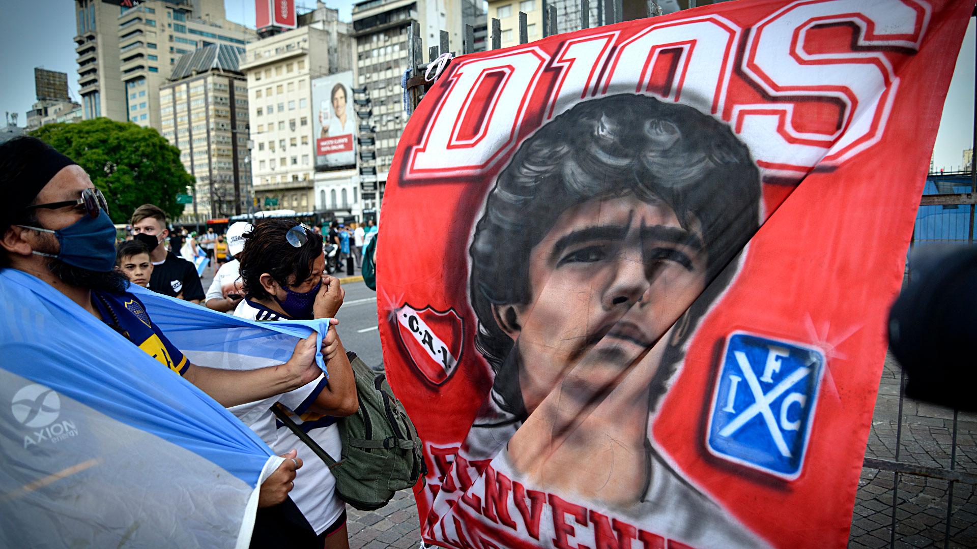 Un hincha de Independiente recuerda al astro. Diego tenía simpatía por el Rojo y Bochini fue su ídolo (Gustavo Gavotti)
