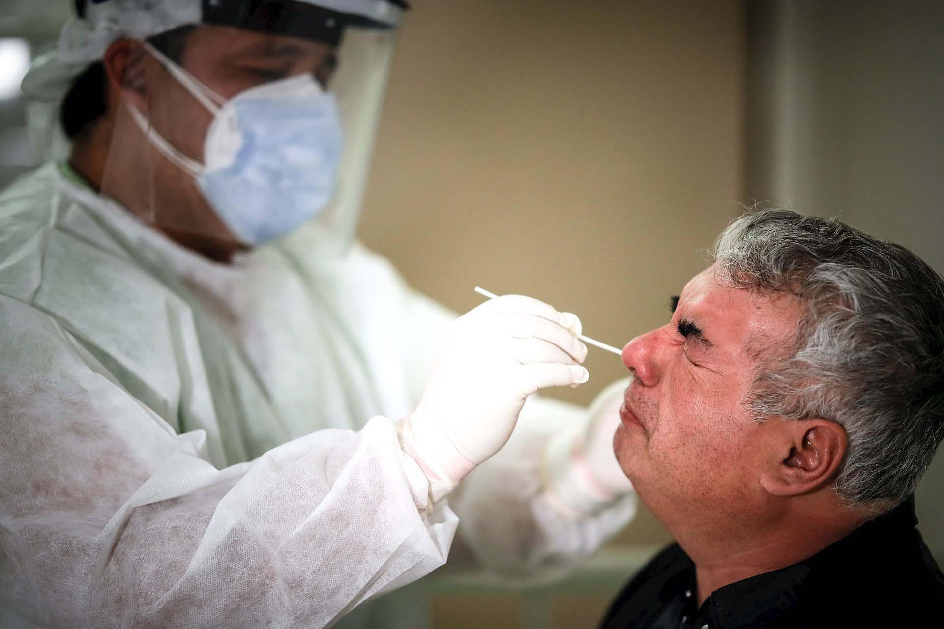 Un especialista realiza una prueba de COVID-19 en el Hospital de Agudos de Ezeiza, en la Provincia de Buenos Aires