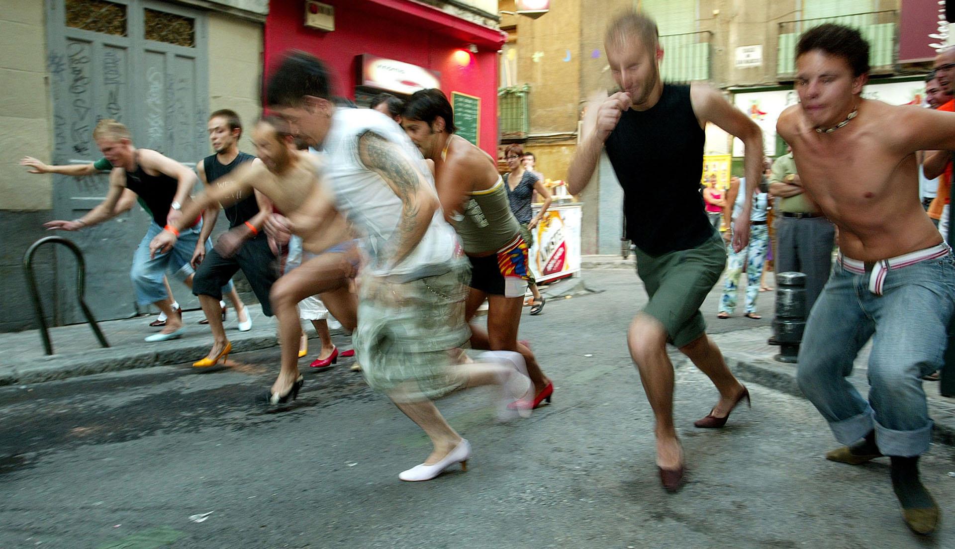 Varios hombres participan en una carrera de tacones en la fiesta del orgullo gay en el barrio de Chueca en Madrid el 1 de julio de 2005