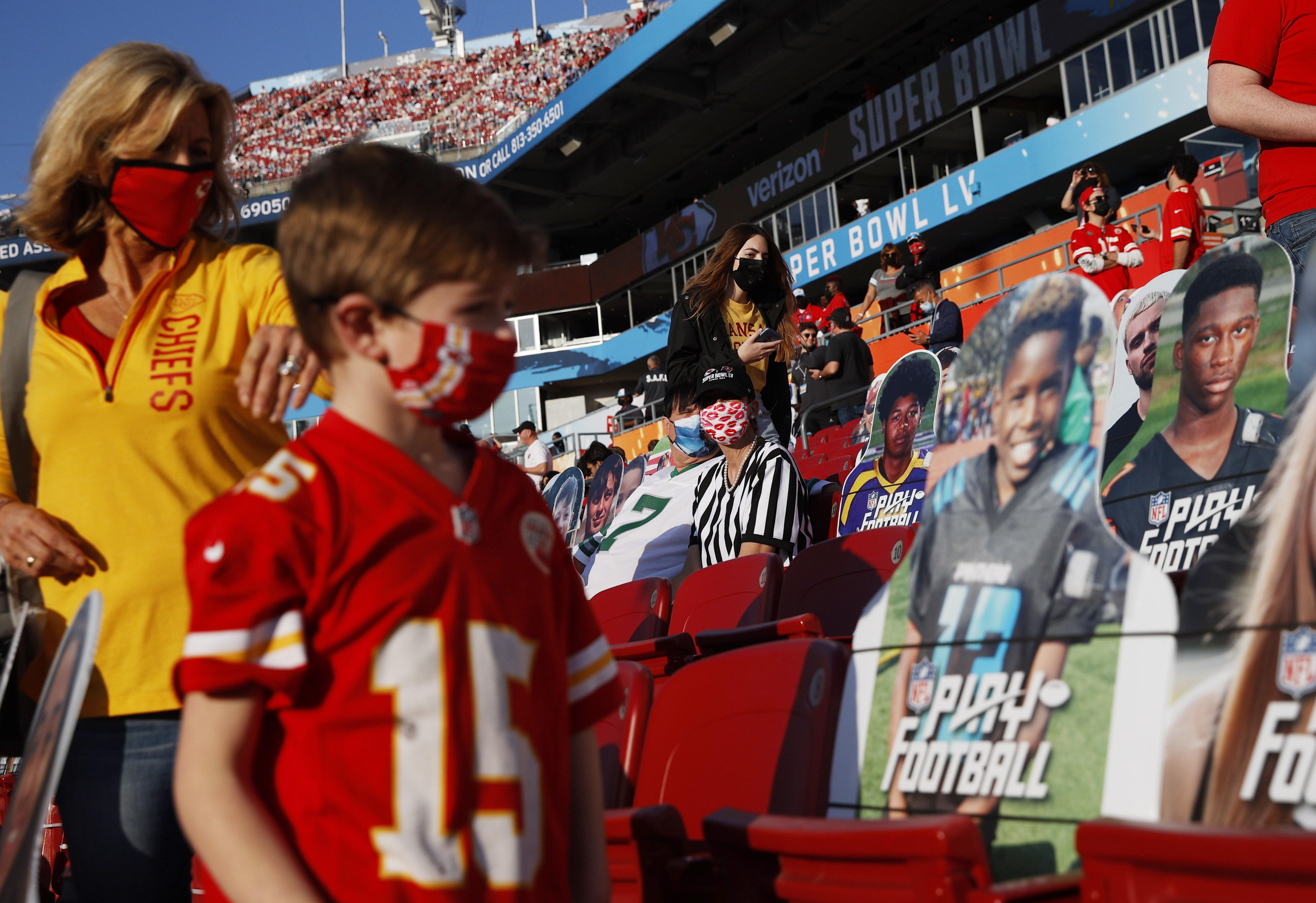 Los pocos fans que pudieron presenciar el Super Bowl LV se encontraron rodeados de imágenes de aquellos que non pudieron estar