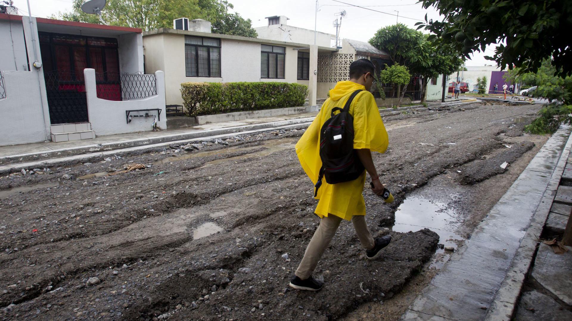 En algunas calles la fuerza del agua levanto el pavimento y se formaron hoyos.