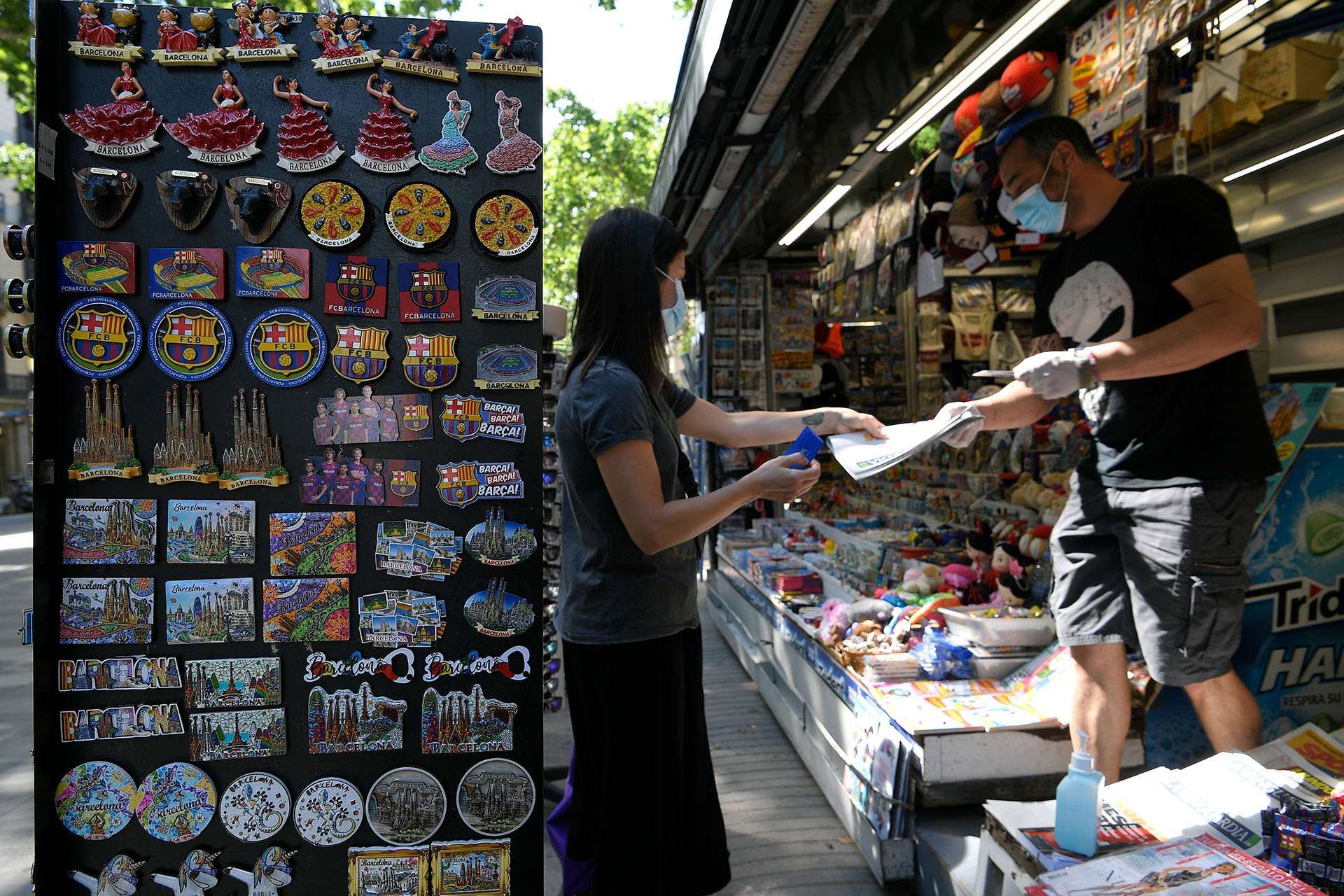 Una mujer compra un diario en un quiosco de Barcelona (LLUIS GENE / AFP)