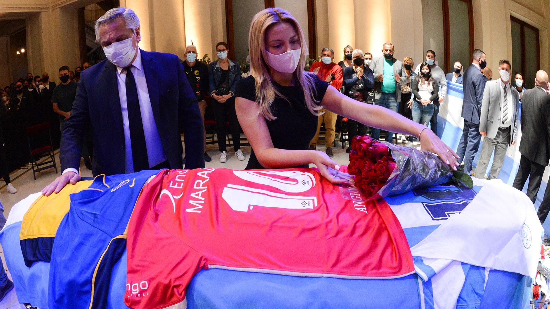 Fabiola Yáñez acomoda un ramo de flores sobre el cajón que guarda los restos del máximo ídolo popular de la historia argentina