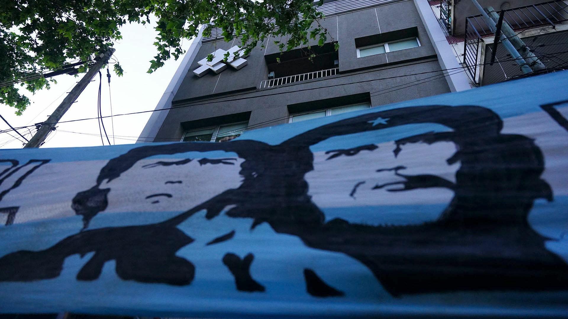 El Che Guevara y Maradona, en la bandera apostada frente a la Clínica Olivos