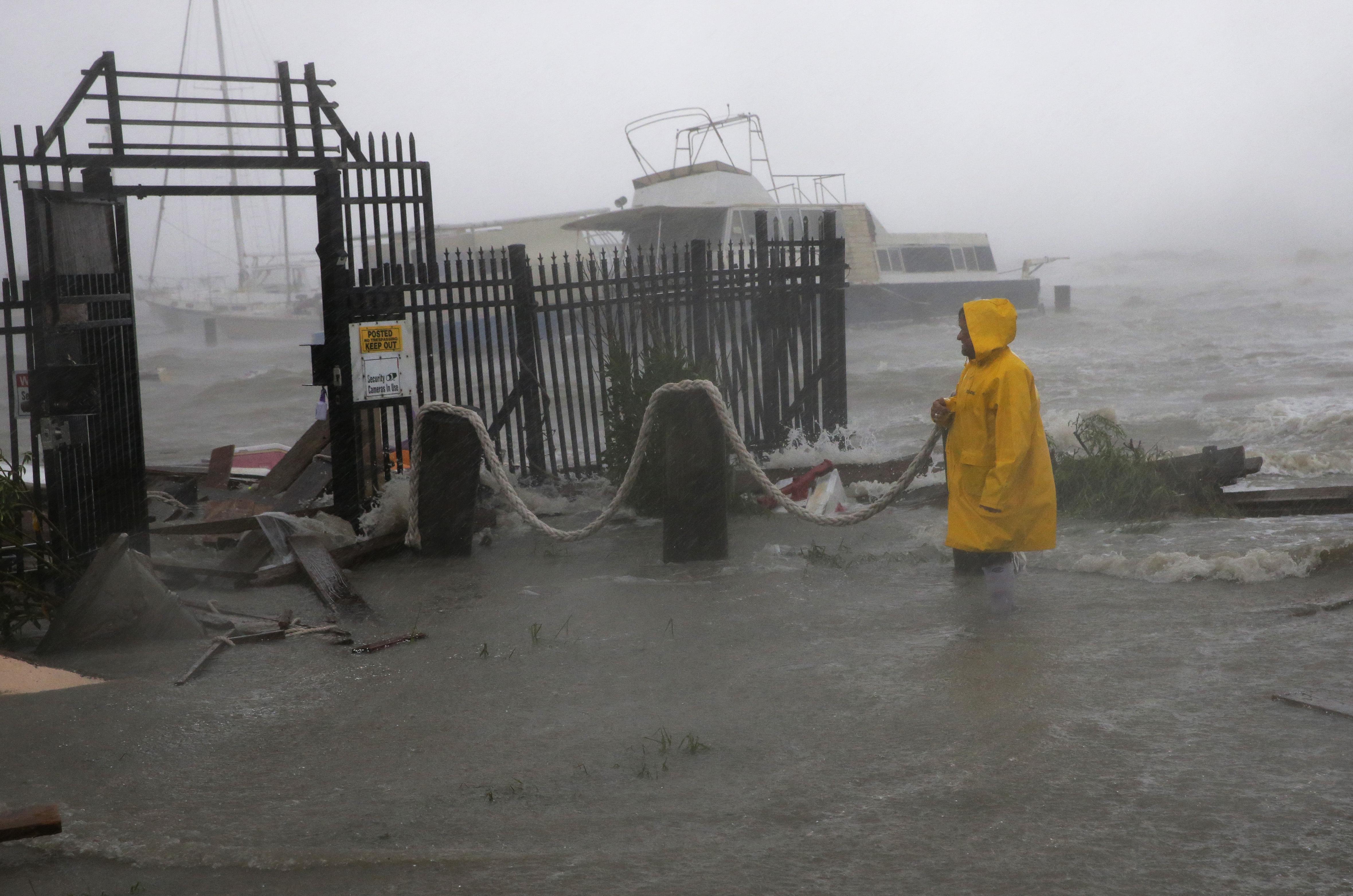 Jame Rowles examina los daños en el puerto en el que estaba anclado su barco en Corpus Christi, Texas. (AP Photo/Eric Gay)