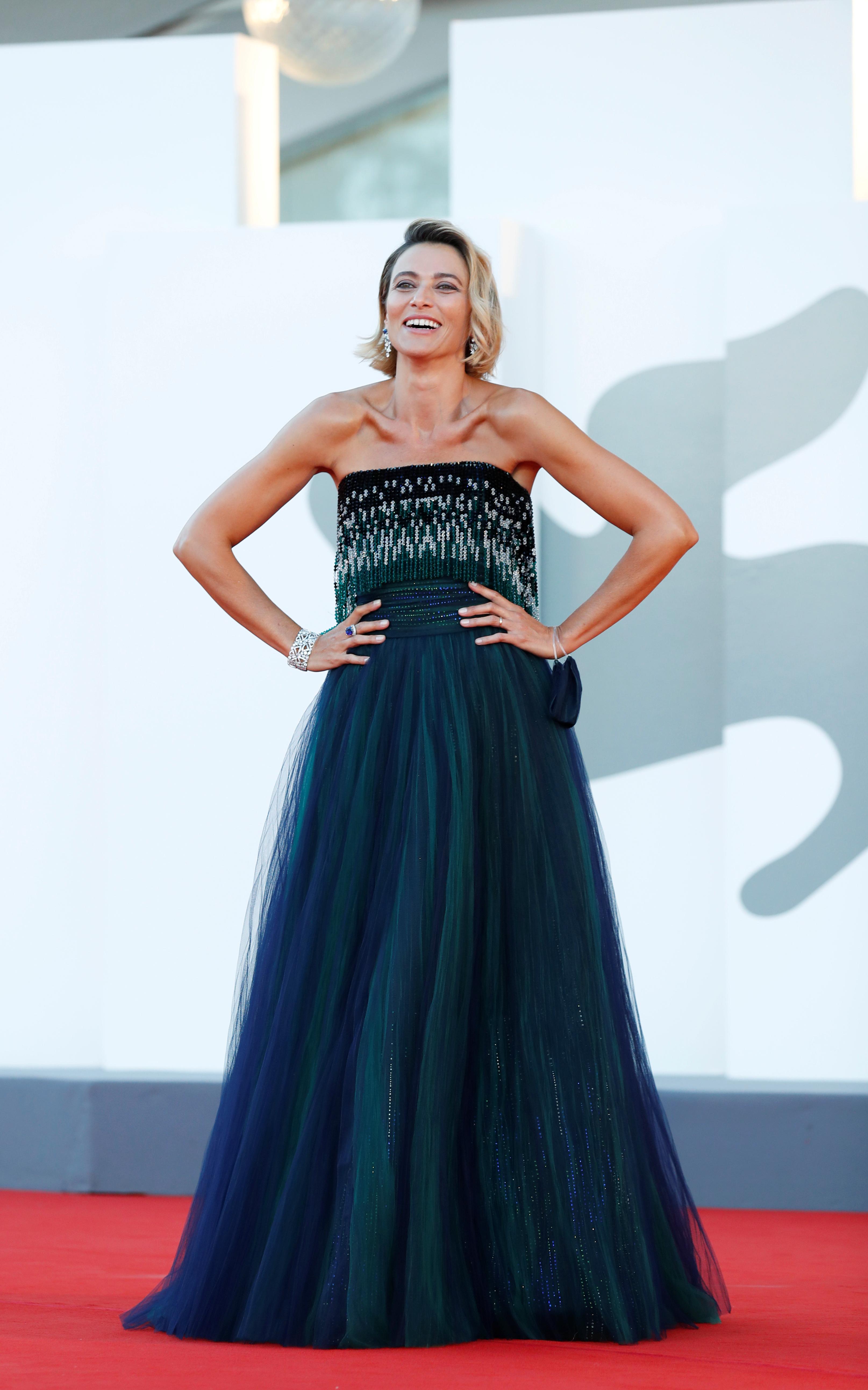 La actriz Anna Foglietta eligió una pieza de Armani Privé realizada en tul de diferentes gamas de azules y verdes con escote strapless y bordado en cascada