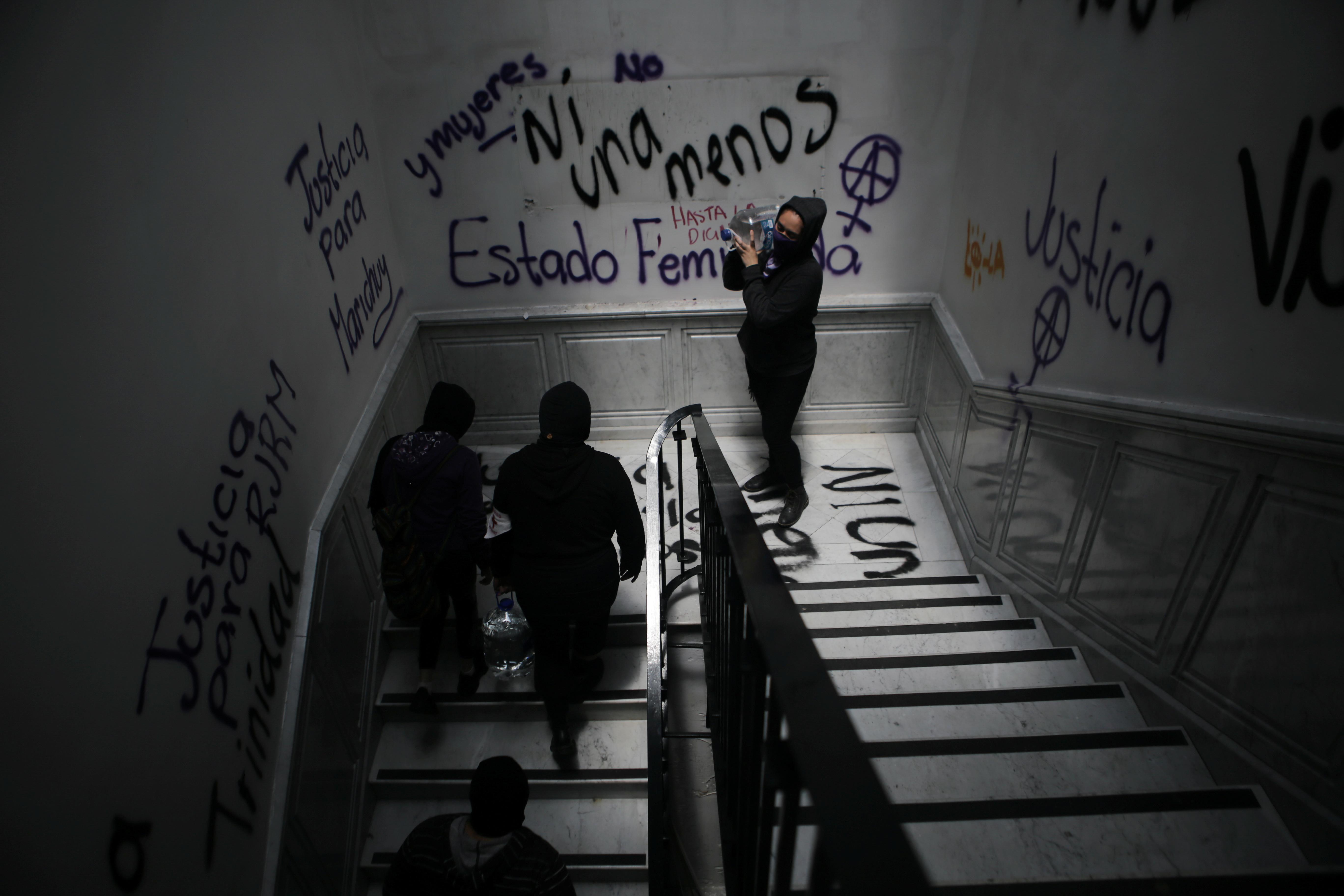 Integrantes de un colectivo feminista cargan bidones de agua mientras toman las instalaciones del edificio de la Comisión Nacional de Derechos Humanos, en apoyo a las víctimas de violencia de género, en la Ciudad de México, México, 11 de septiembre de 2020. Fotografía tomada el 11 de septiembre de 2020.