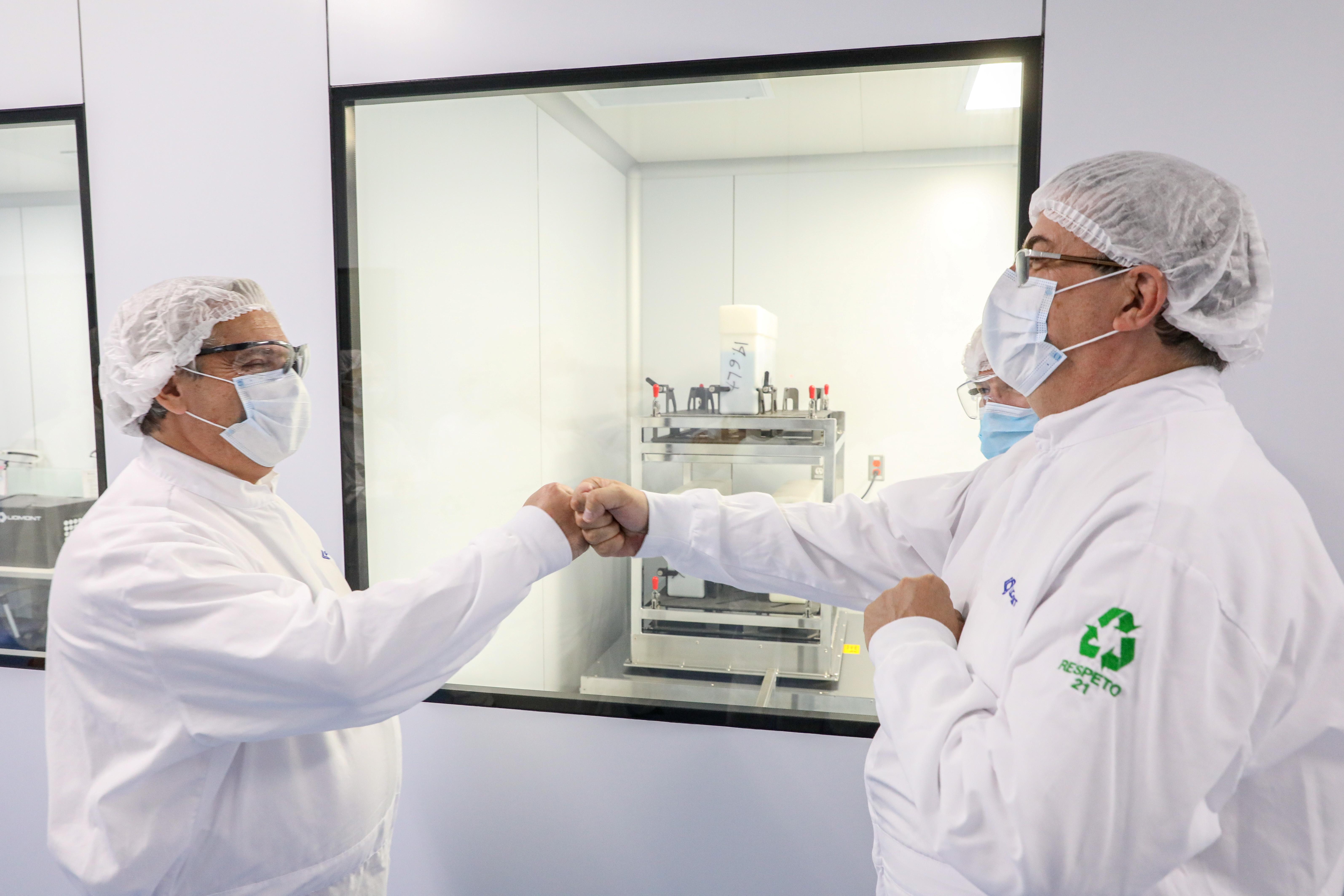 El presidente de Argentina, Alberto Fernández le da un puñetazo al canciller mexicano, Marcelo Ebrard, durante una visita a las instalaciones del Laboratorio Liomont donde se fabrica la vacuna contra el coronavirus Oxford-AstraZeneca, en Ocoyoacac, en las afueras de la Ciudad de México. México 22 de febrero de 2021.