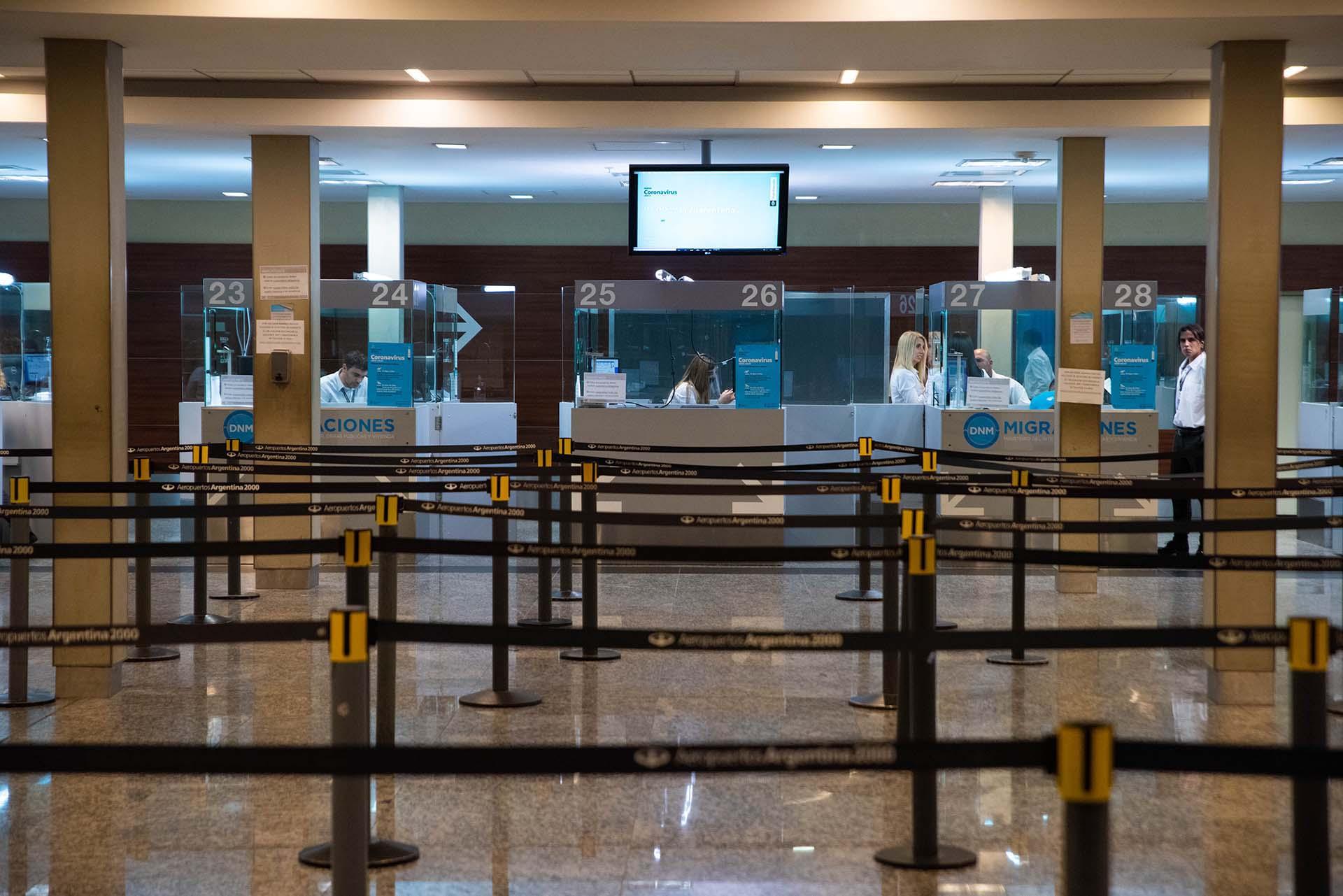 El área de Migraciones del Aeropuerto Internacional de Ezeiza sin filas de gente